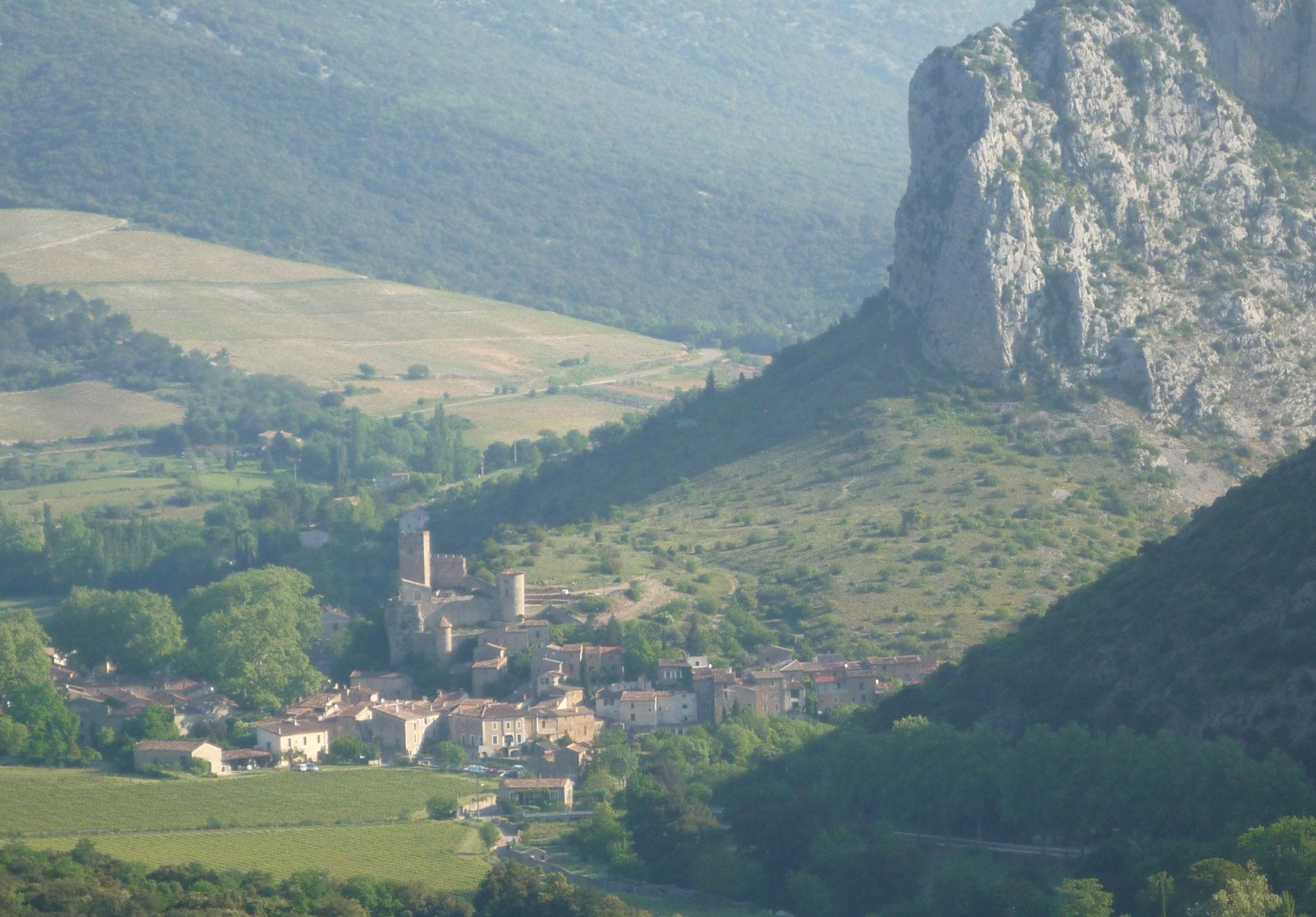 Vue générale de Saint Jean de Buèges et du Château de Baulx