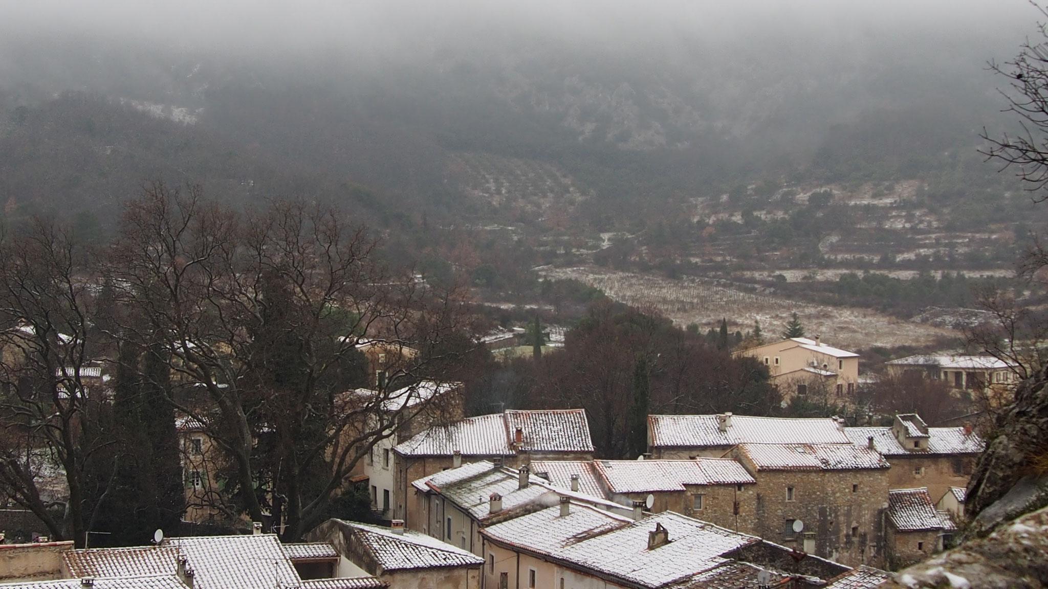 vue sur les toits enneigés du village