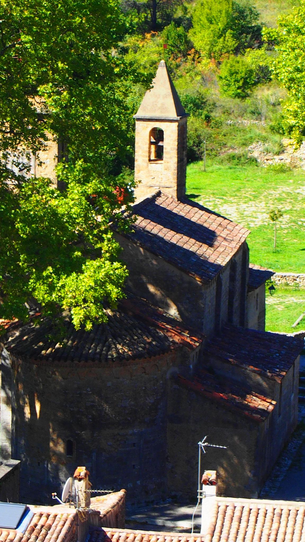 Vue de l'église de Saint jean de Buèges depuis le Château de Baulx