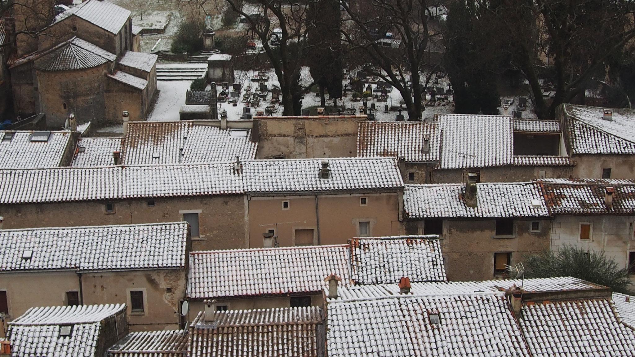 Les toits du village sous la neige