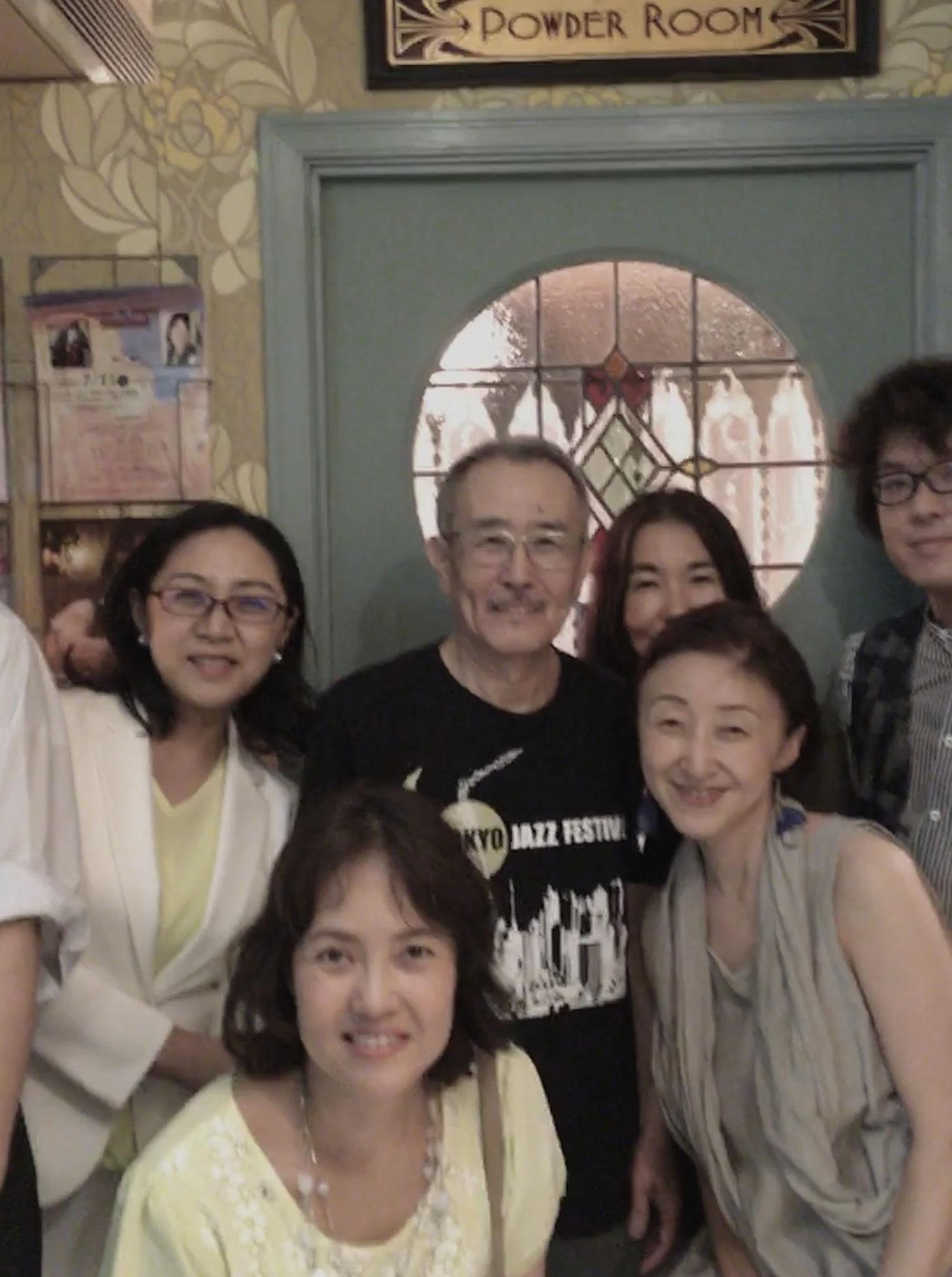 同級生と山下さん囲んで記念写真