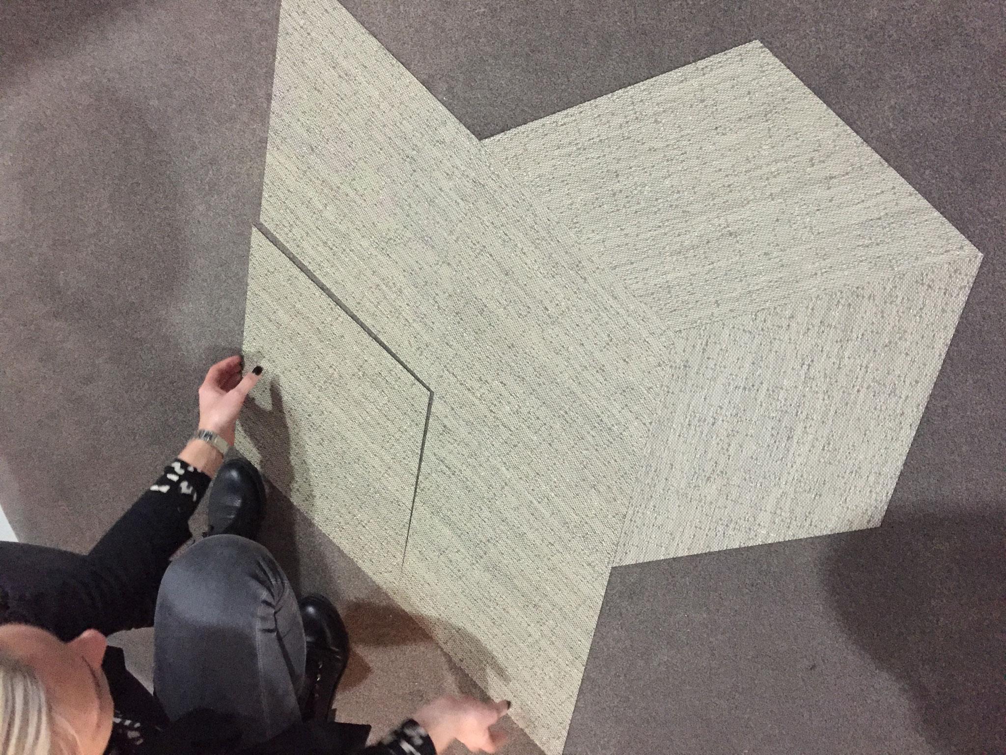 De vinyl-tegels in één richting sluiten naadloos op elkaar aan