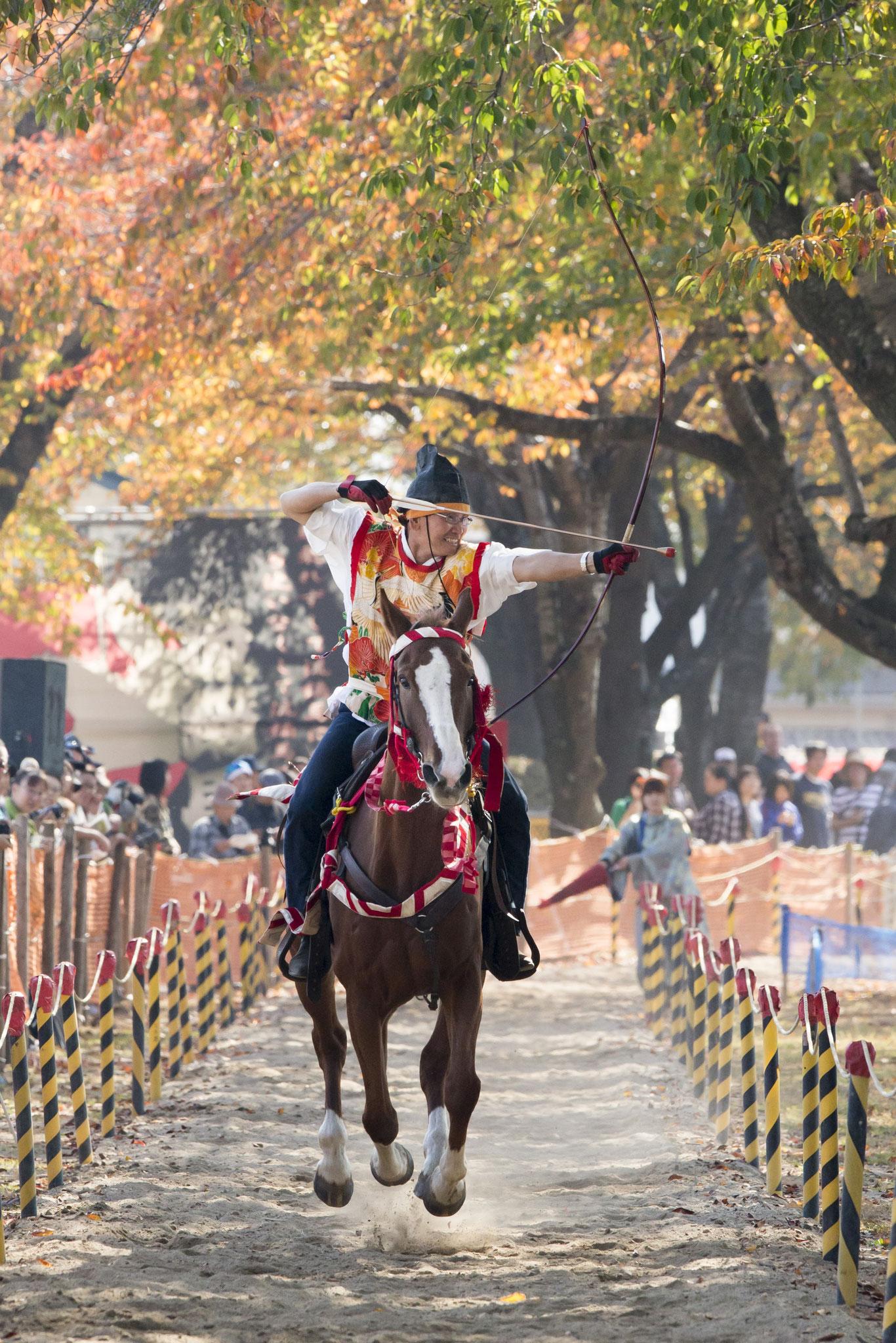 秋:紅葉をみながら乗馬