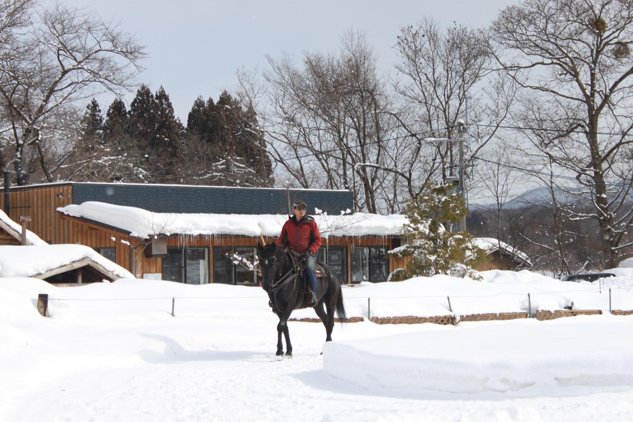 冬:雪が積もった上を乗馬