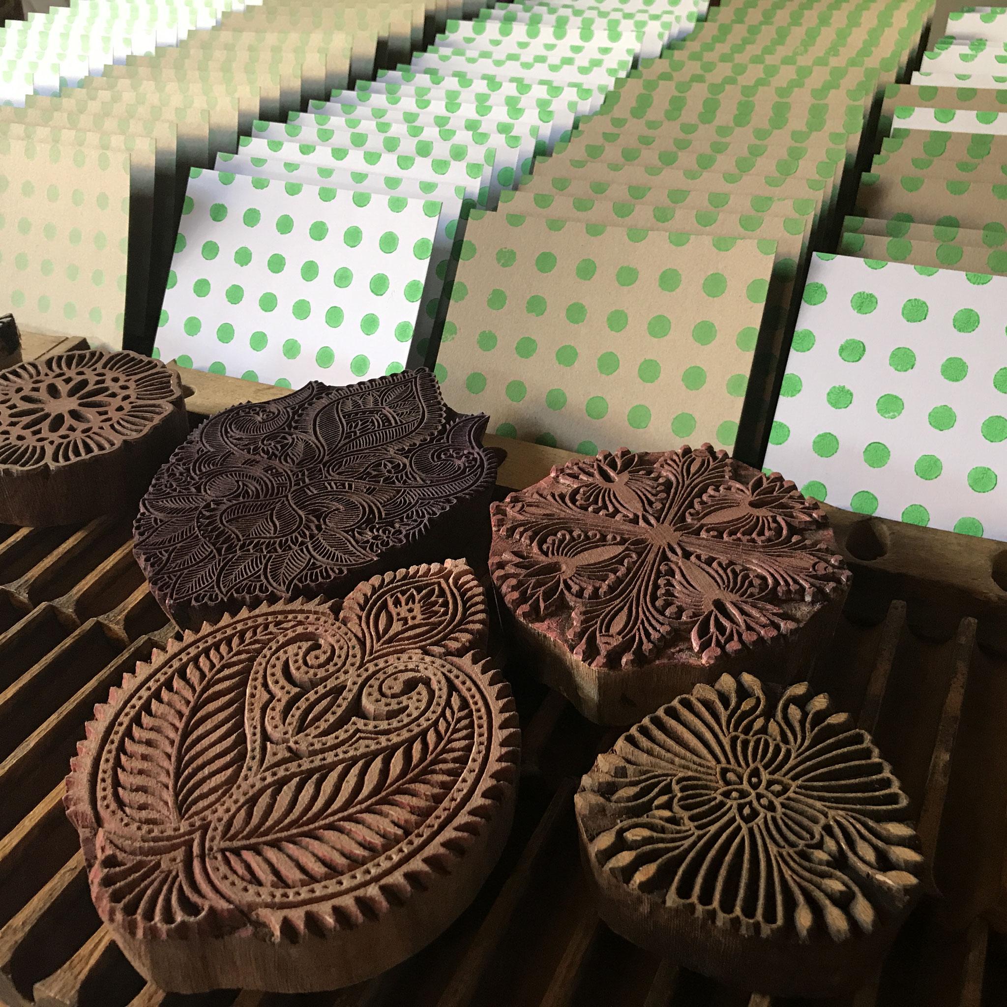Produktion handbedruckte Postkarten mit indischen Holzstempel. Atelier Wädenswil