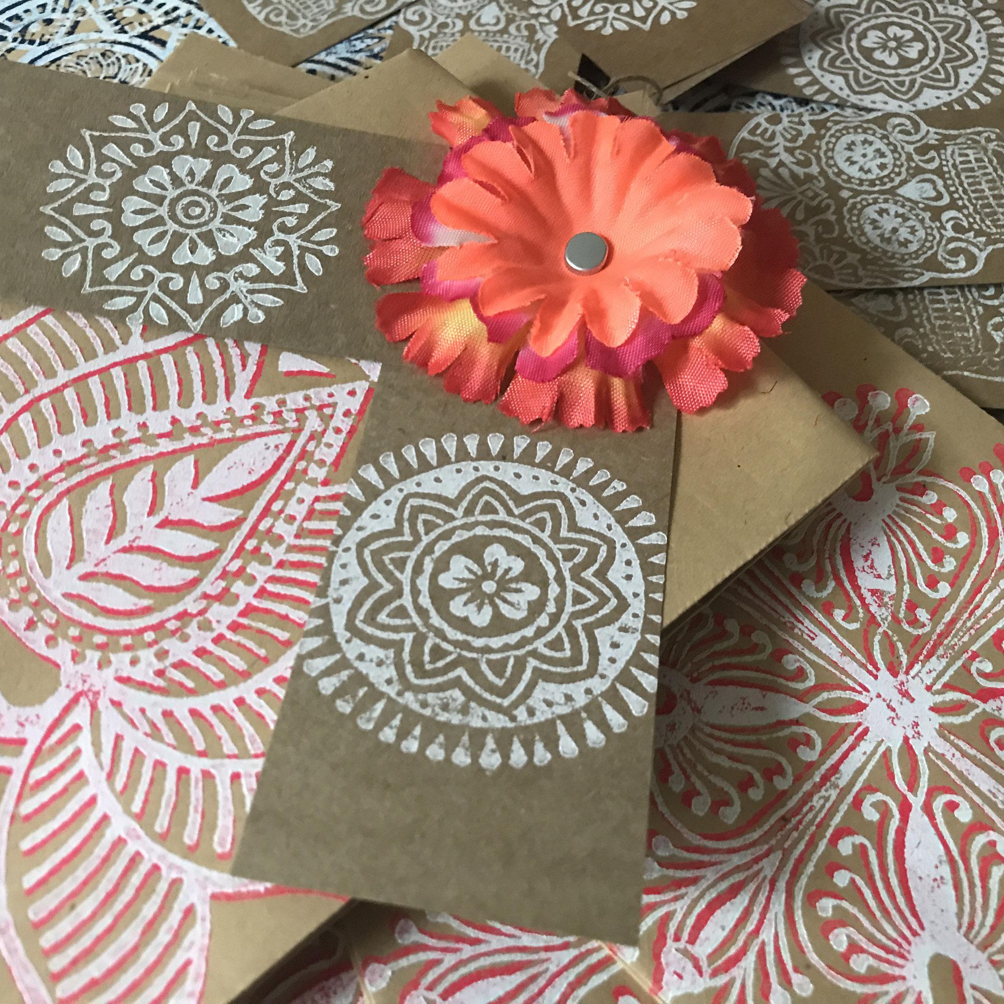 Holzstempel Druck auf Papier / Geschenkverpackung