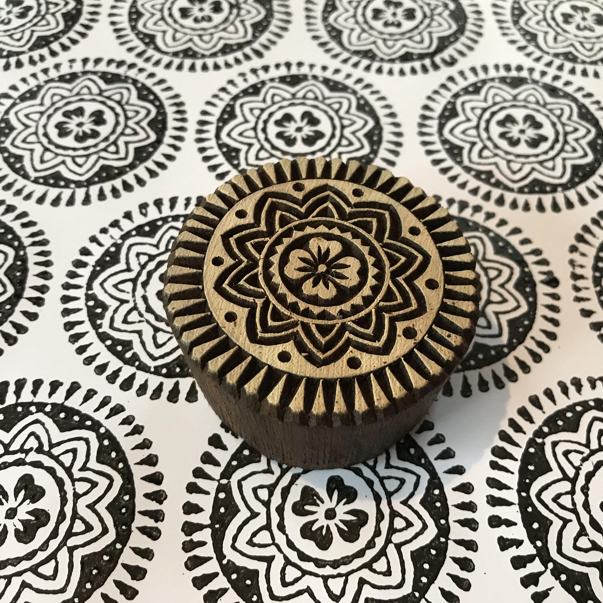 Wiederholendes Druckmuster, gestempelt mit indischen Holzstempel