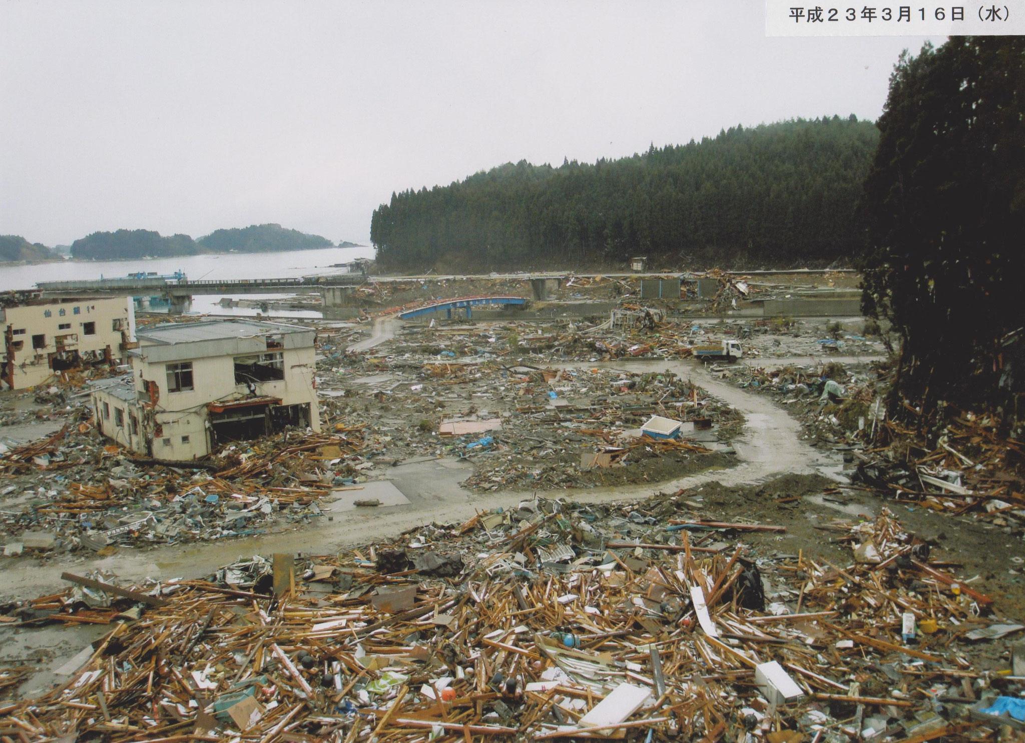 震災直後の歌津駅周辺