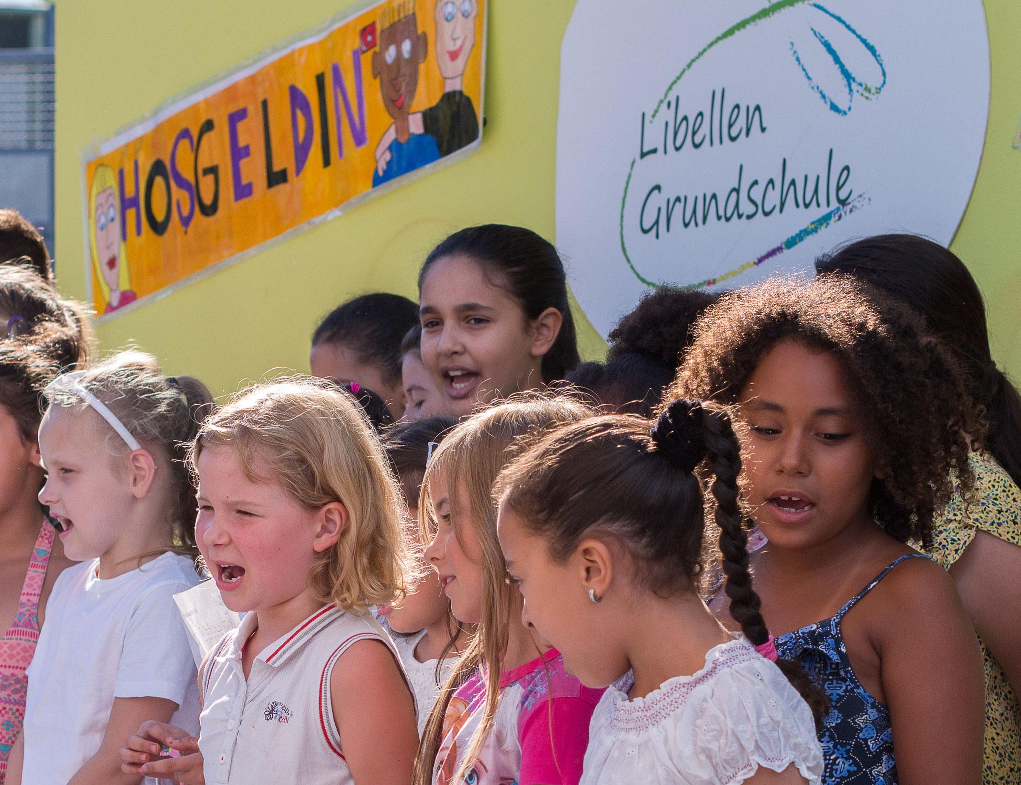 Die Einschulungsfeier auf dem Schulhof 9