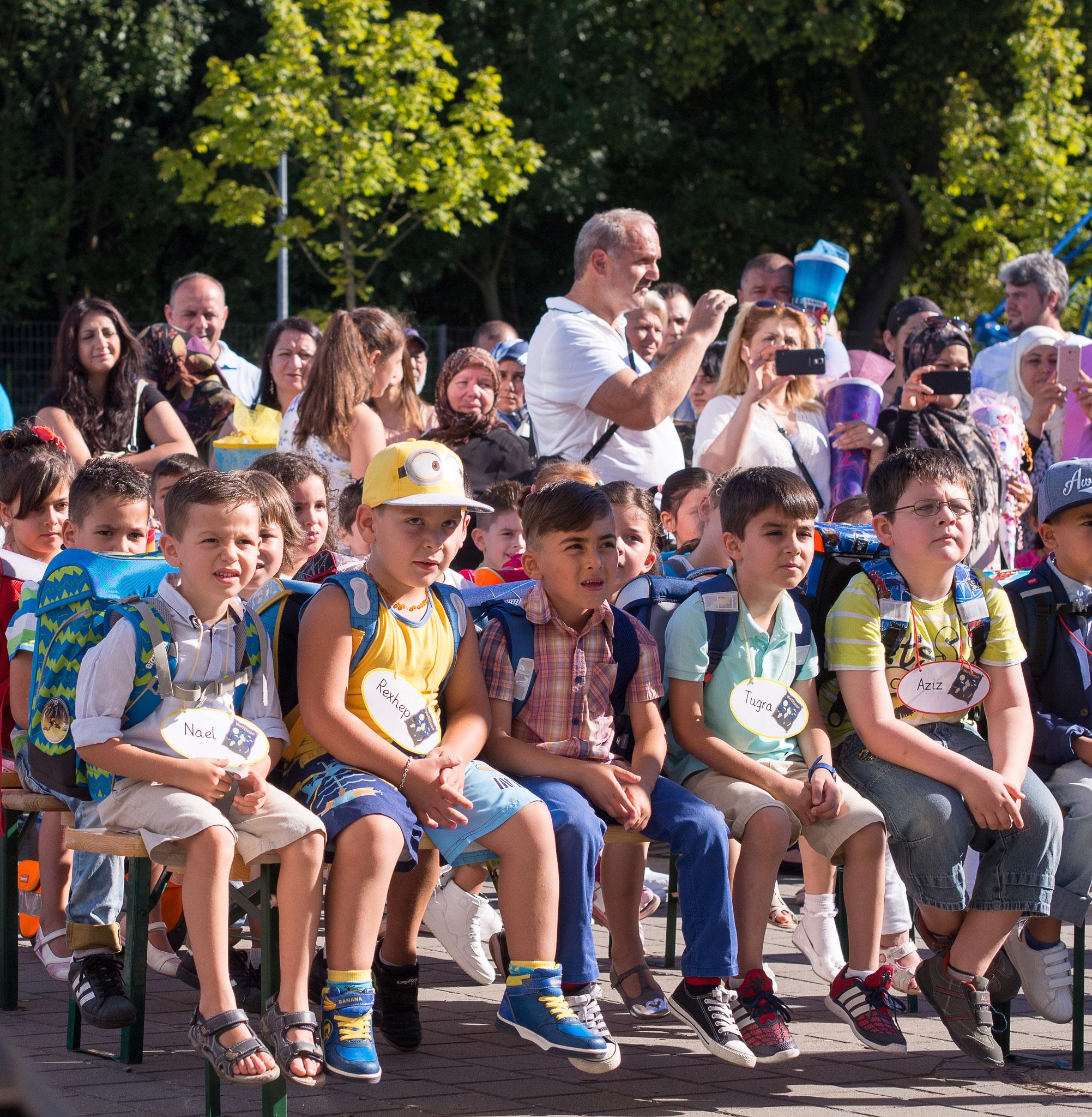 Die Einschulungsfeier auf dem Schulhof 8