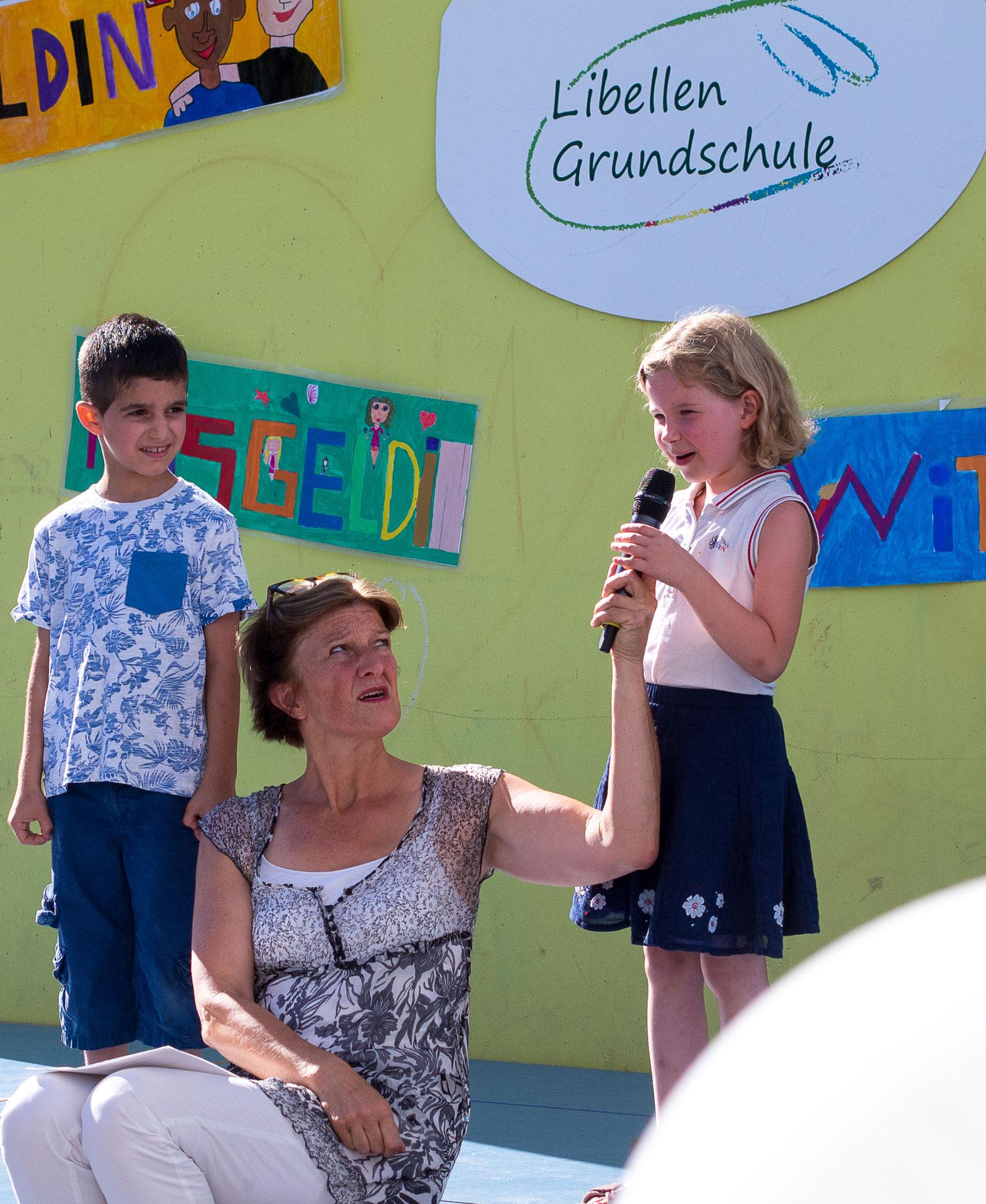 Die Einschulungsfeier auf dem Schulhof 6