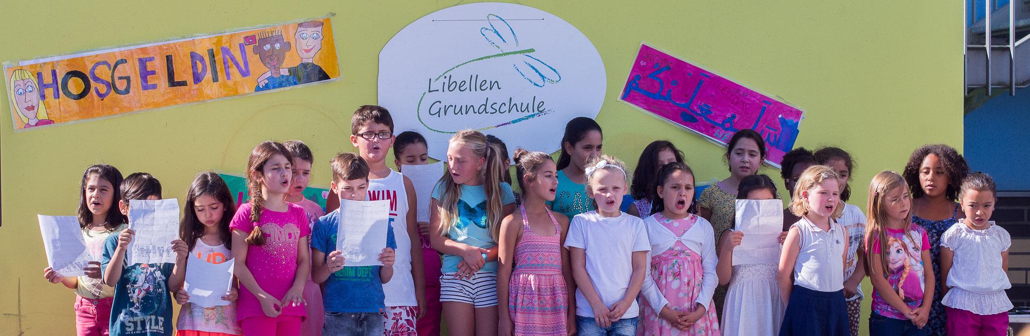 Die Einschulungsfeier auf dem Schulhof 10