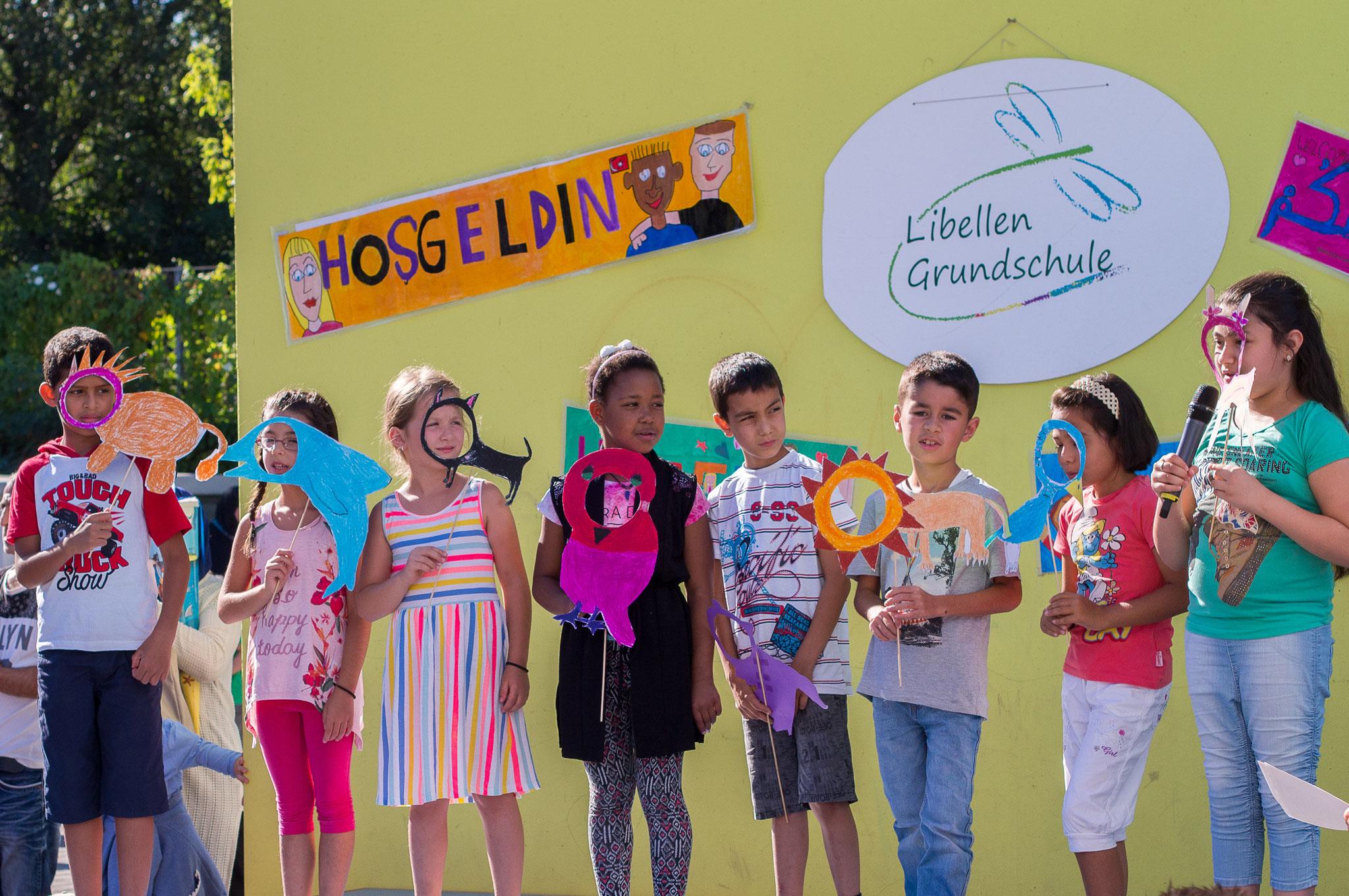 Die Einschulungsfeier auf dem Schulhof 5