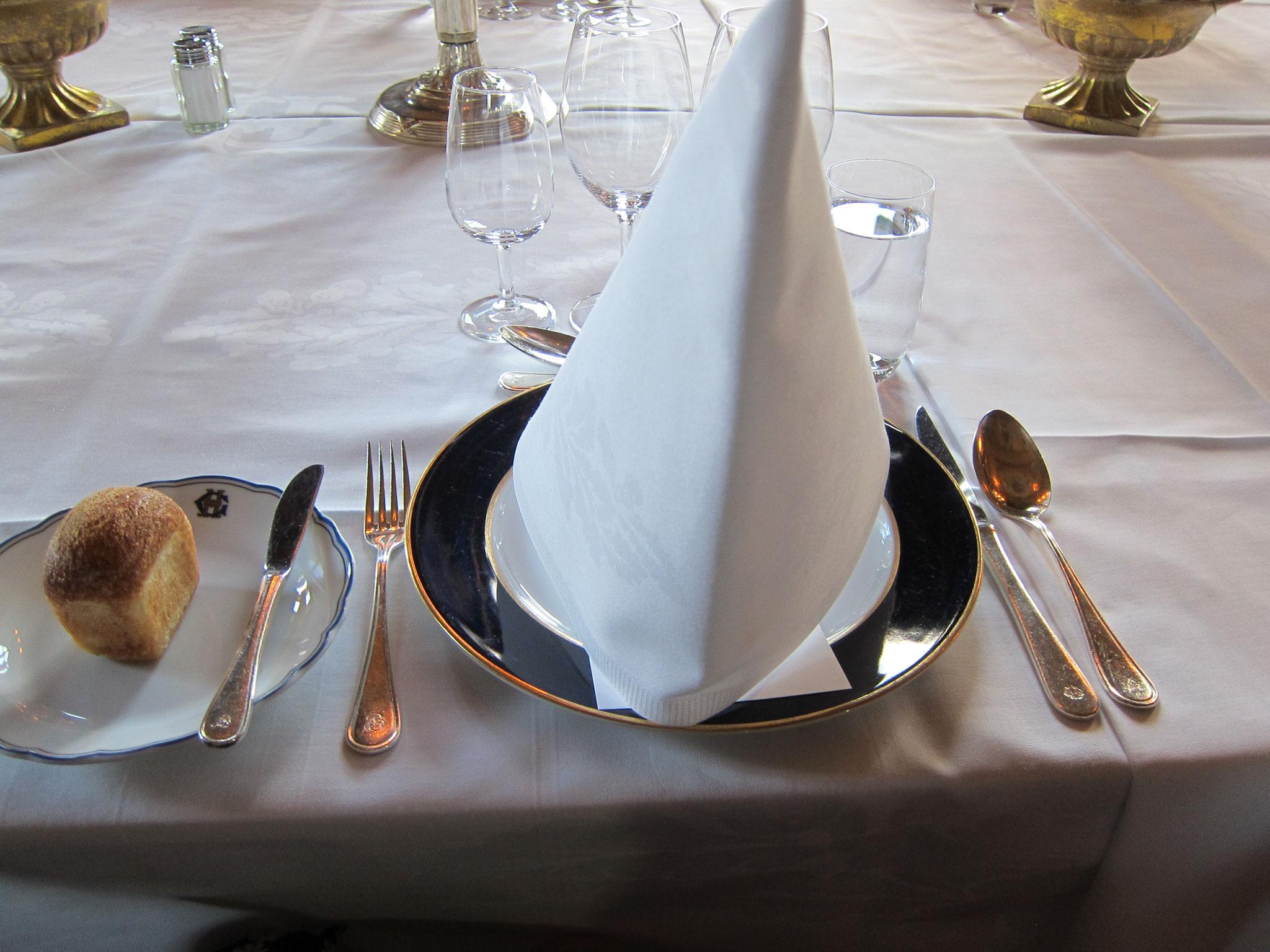 ホテル名の豪華なお皿と