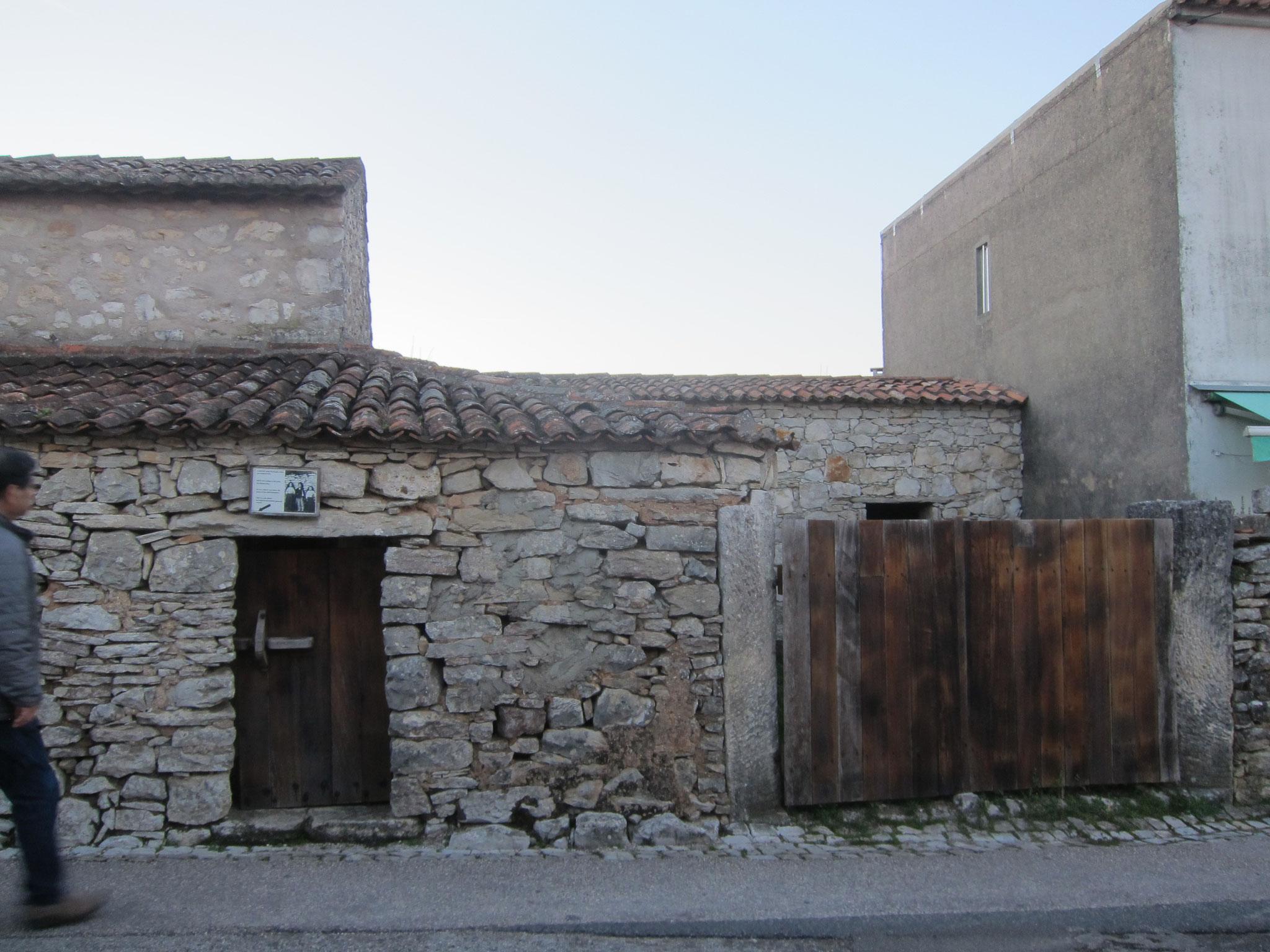 小さな入り口の横は家畜小屋です