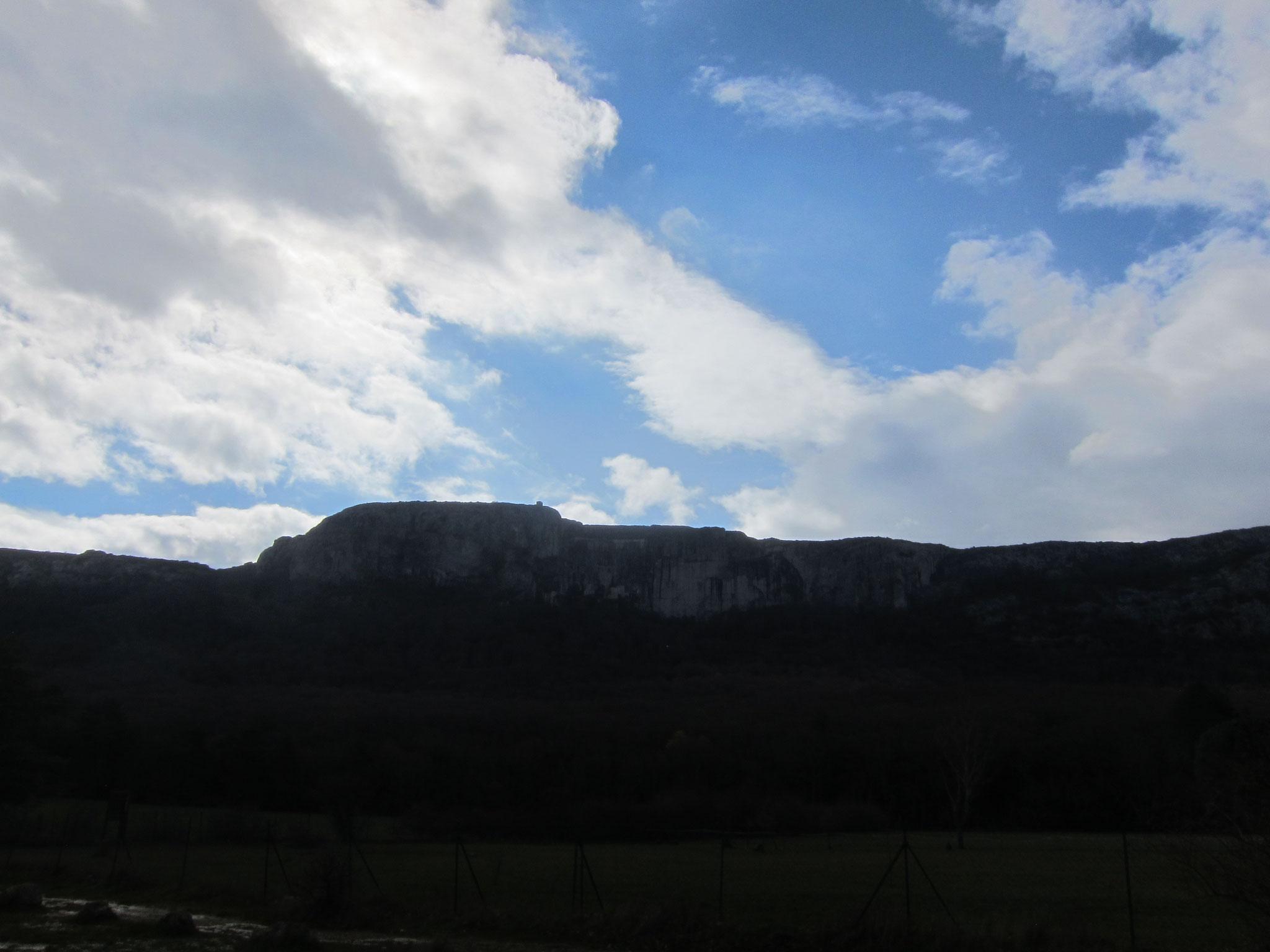 修道会から洞窟のある山を見上げたところ