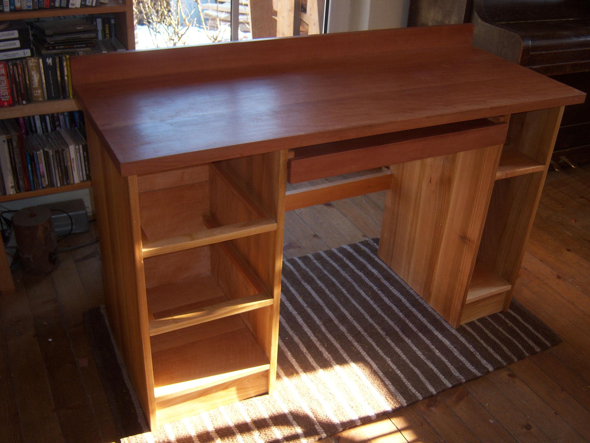 Schreibtisch Platte aus gedämpften Birnbaum, Gestell aus Kirsche