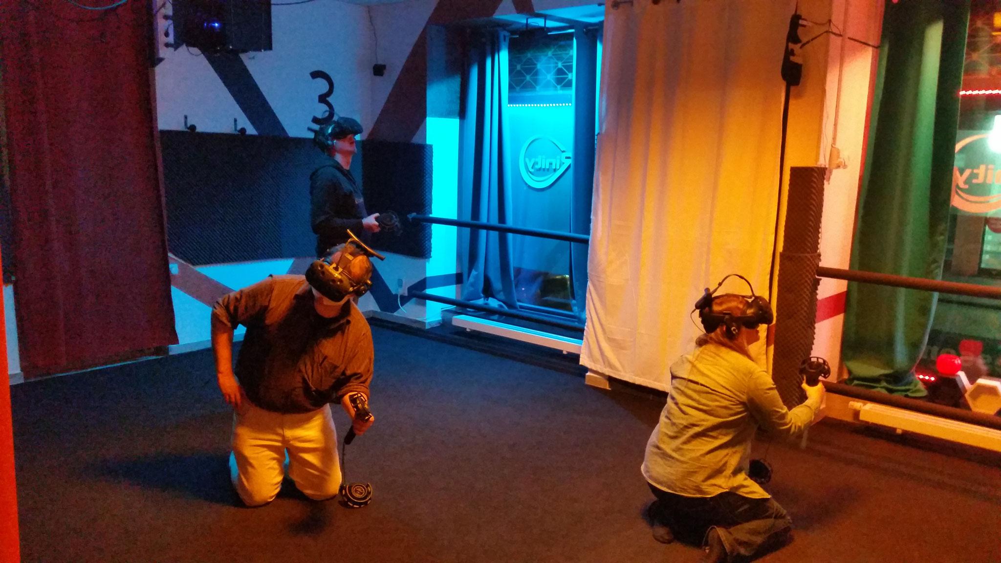 Die lokale Presse beim ausgiebigen Testen unseres VR-Escape Rooms