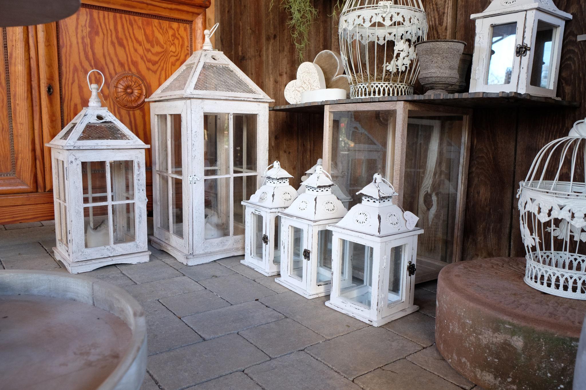 Wir haben ständig diverse Laternen aus Holz und Metall und in verschiedenen Größen zur Auswahl.