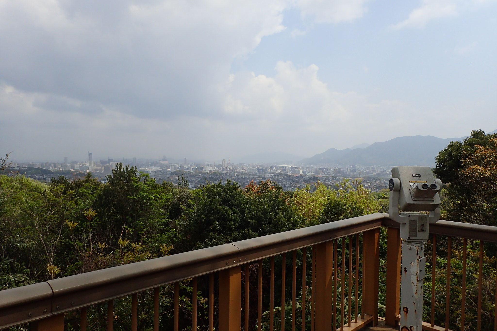 エコプレイパークの展望デッキからは小倉の市街地が見渡せる