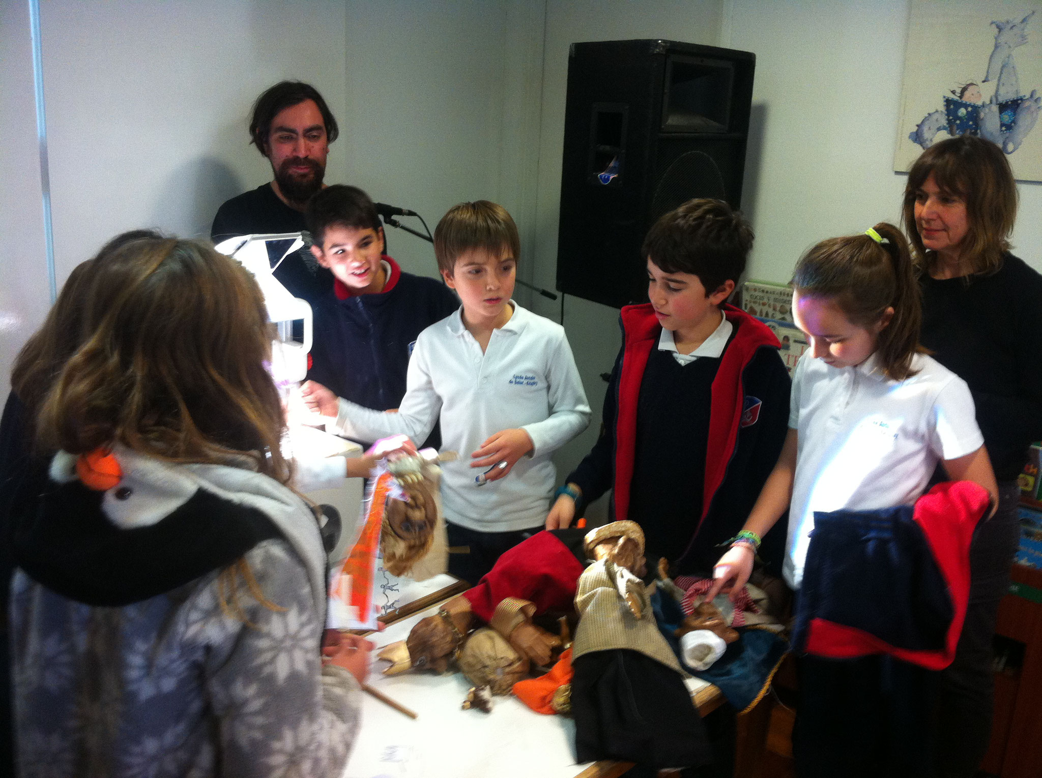 Sebastián et Constance montrant aux enfants l'envers du décors