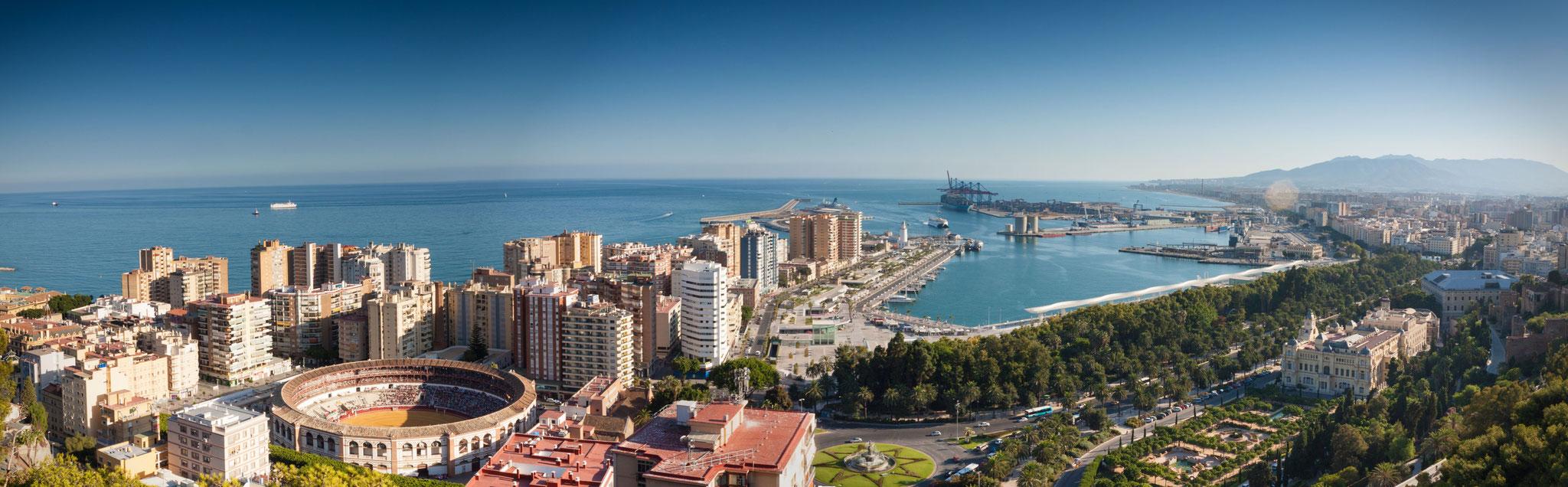 Malaga mit Blick auf Hafen und Mittelmeer