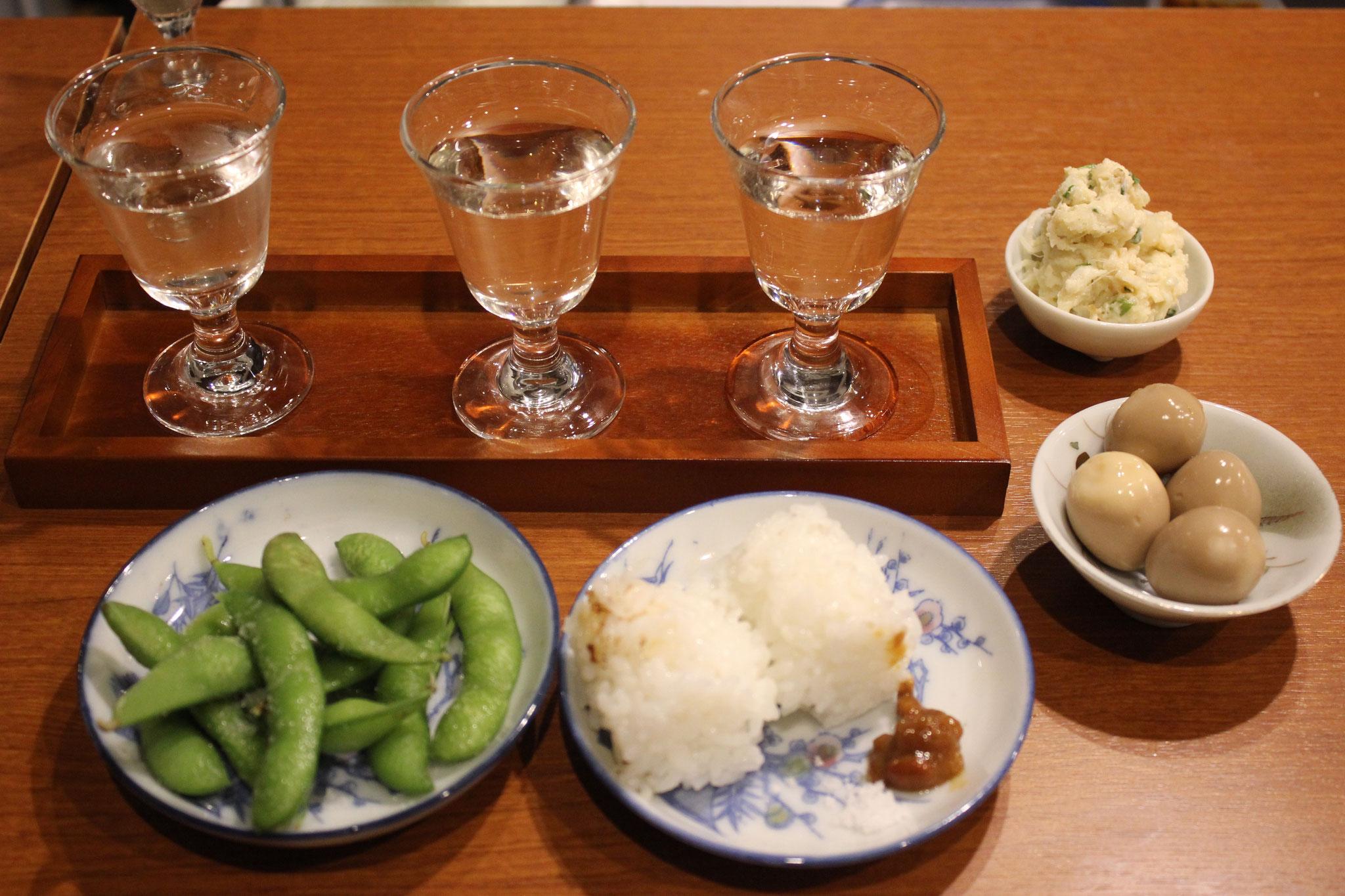 おすすめの「のみくらべおちょこセット」+枝豆です。おにぎりの1つは酒米です。