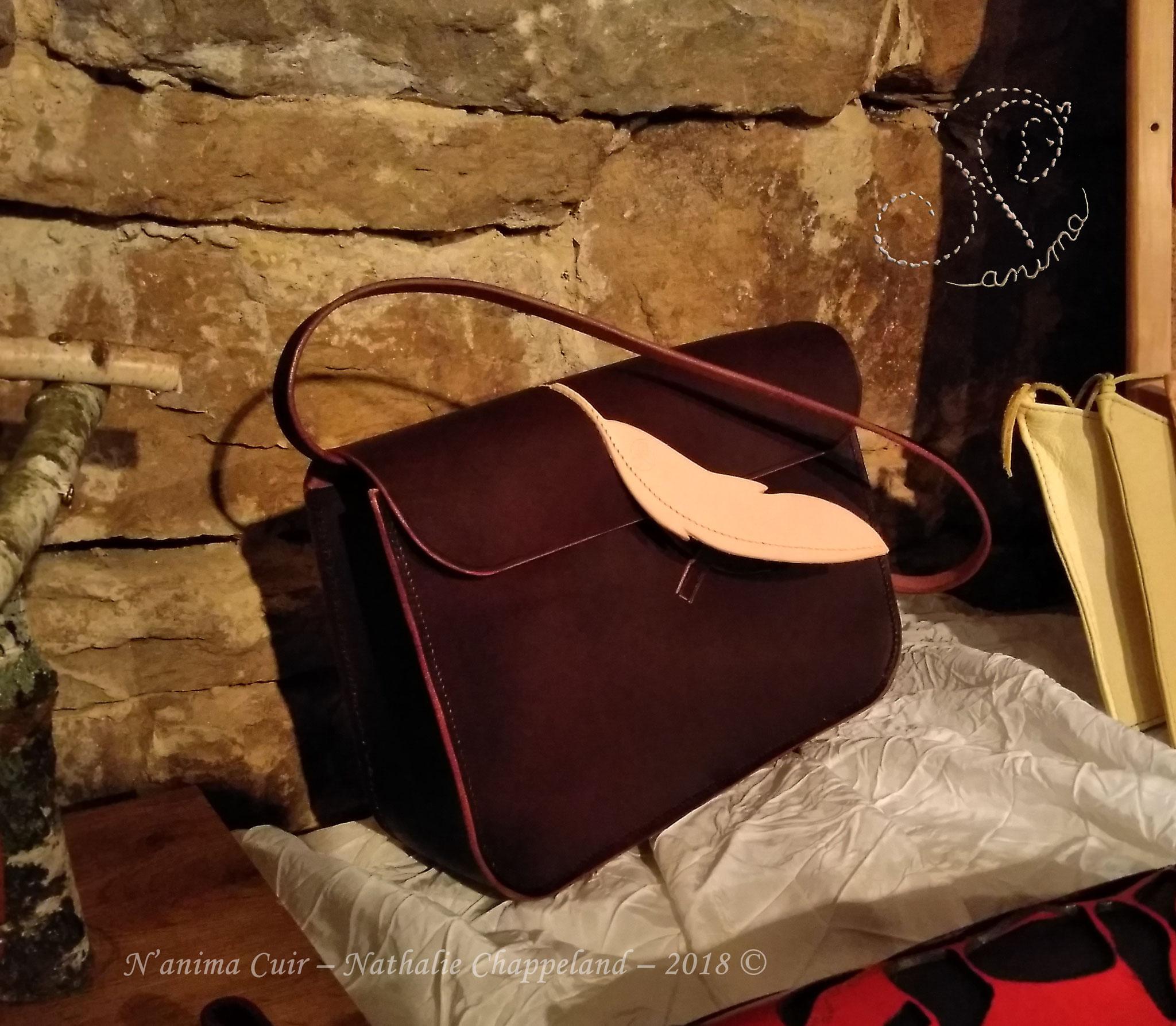 """""""Plume sur Pangaré"""", sac à main tout cuir (aucune bouclerie), (200x400x100mm), couture main au point sellier, 2018 ©"""