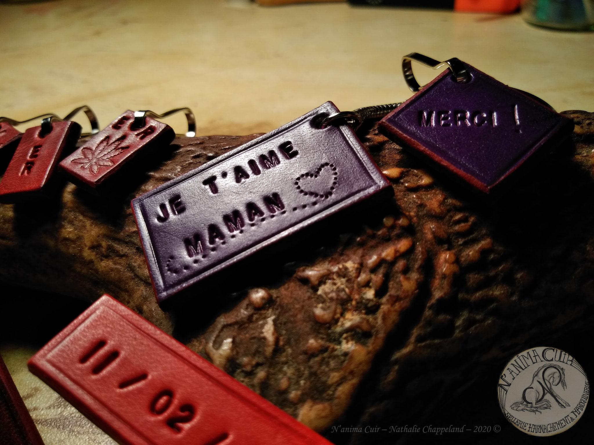 """Porte-clés cuir personnalisés, N'anima Cuir 2020 © Le porte-clé revisité en diverses versions, cuir. ...D'une forme de couleur simple, aux mots doux que l'on fait """"mater"""", en passant par l'humour, le """"pratique"""".. et l' """"important""""."""