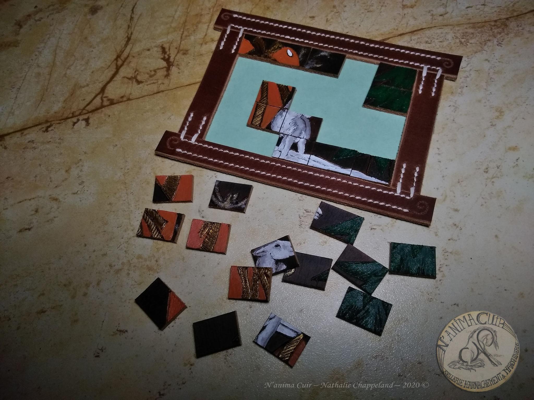 puzzle de Noël - finalité cadre déco de Noël, pyrogravure et peinture sur cuir, pièces et encadrement cuir, dim. ~110x115x3mm, couture main au point sellier, N'anima Cuir 2020 .