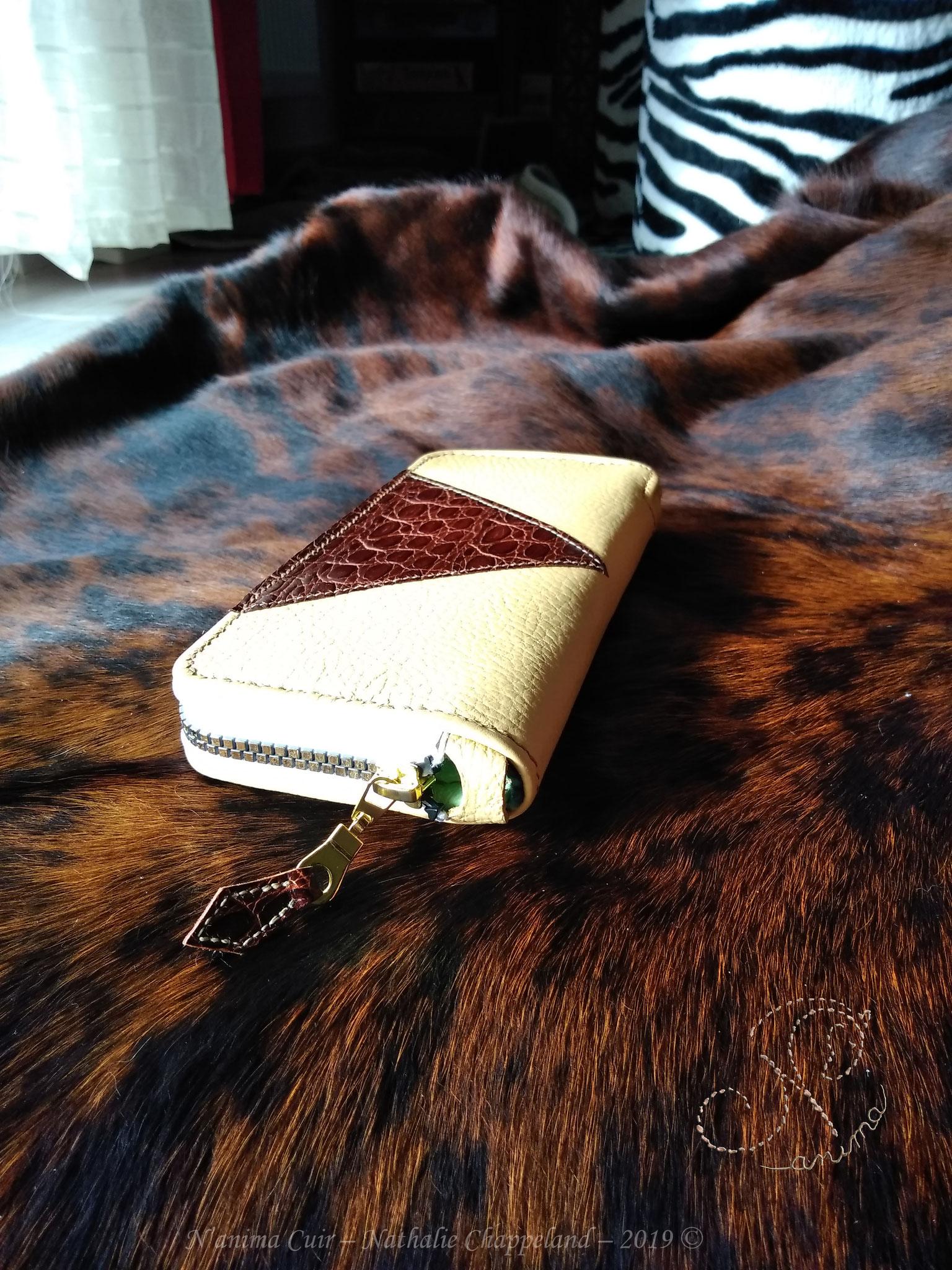 """pochette peausserie vachette grainée """"sable"""", cuir """"croco"""" et son intérieur de velours, coutures main, à l'œil, au point sellier, 2019 ©"""