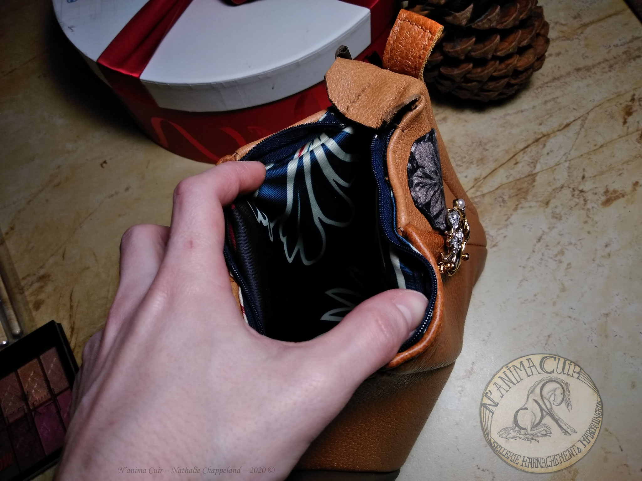 trousse de toilette mix 3 cuirs et tissu, doublure intérieur tissu et matelassure, fermeture éclair, couture main au point sellier, N'anima Cuir 2020 ©