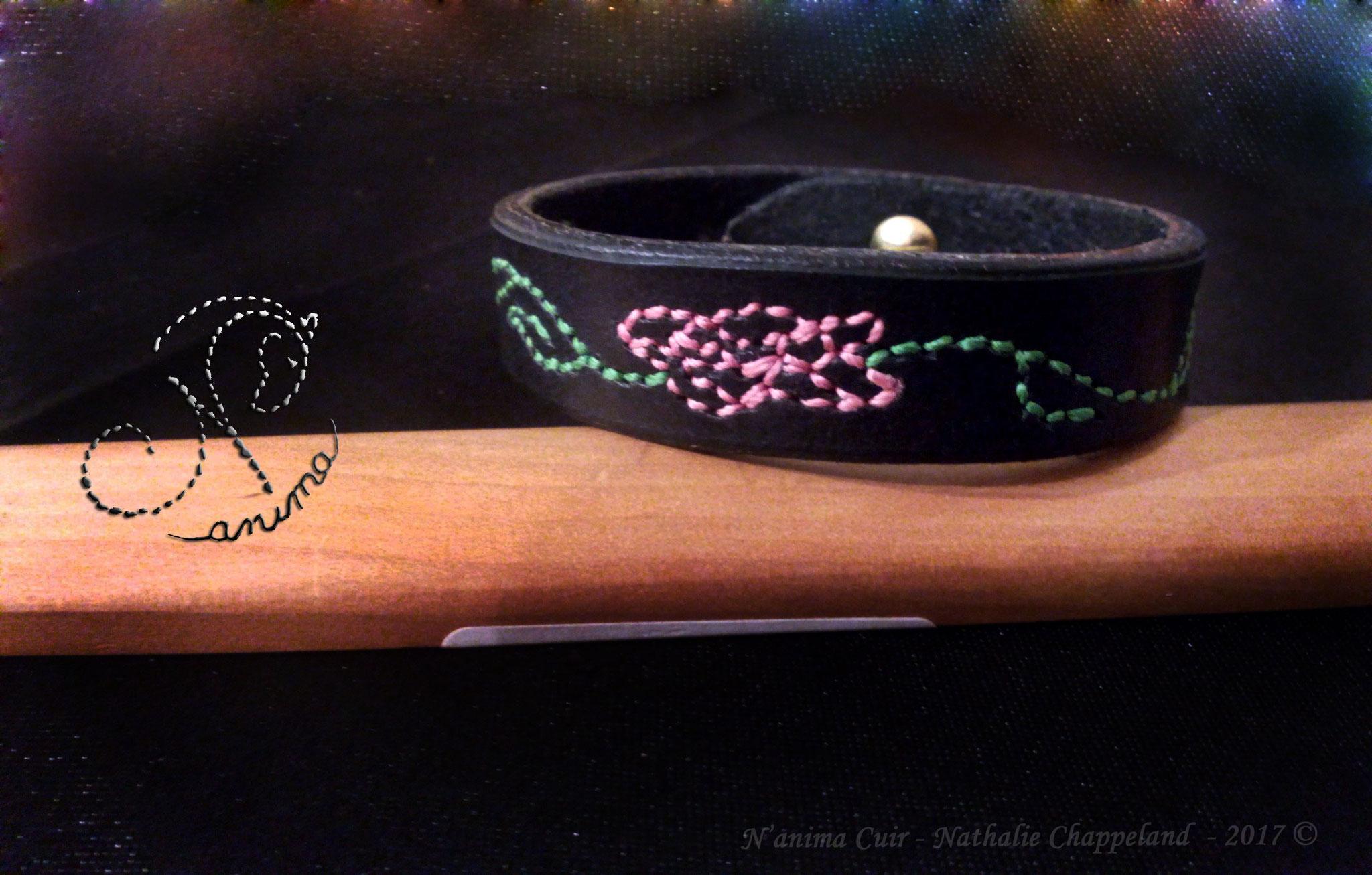 bracelet femme personnalisé, fonçures main au point sellier, fermeture bouton col-de-cygne, 2017 ©