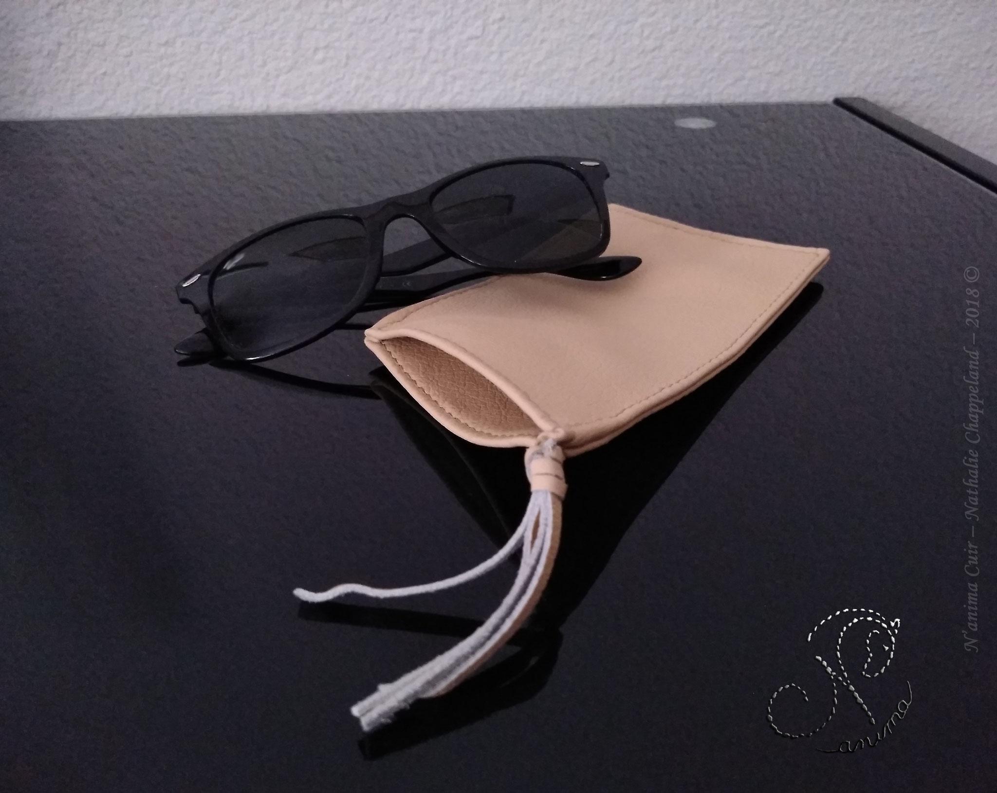"""Étuis à lunettes nouvelle version, cuir de vachette, en une seule pièce, coloris """"sable"""", coutures main à l'œil, au point sellier, 2018 ©"""