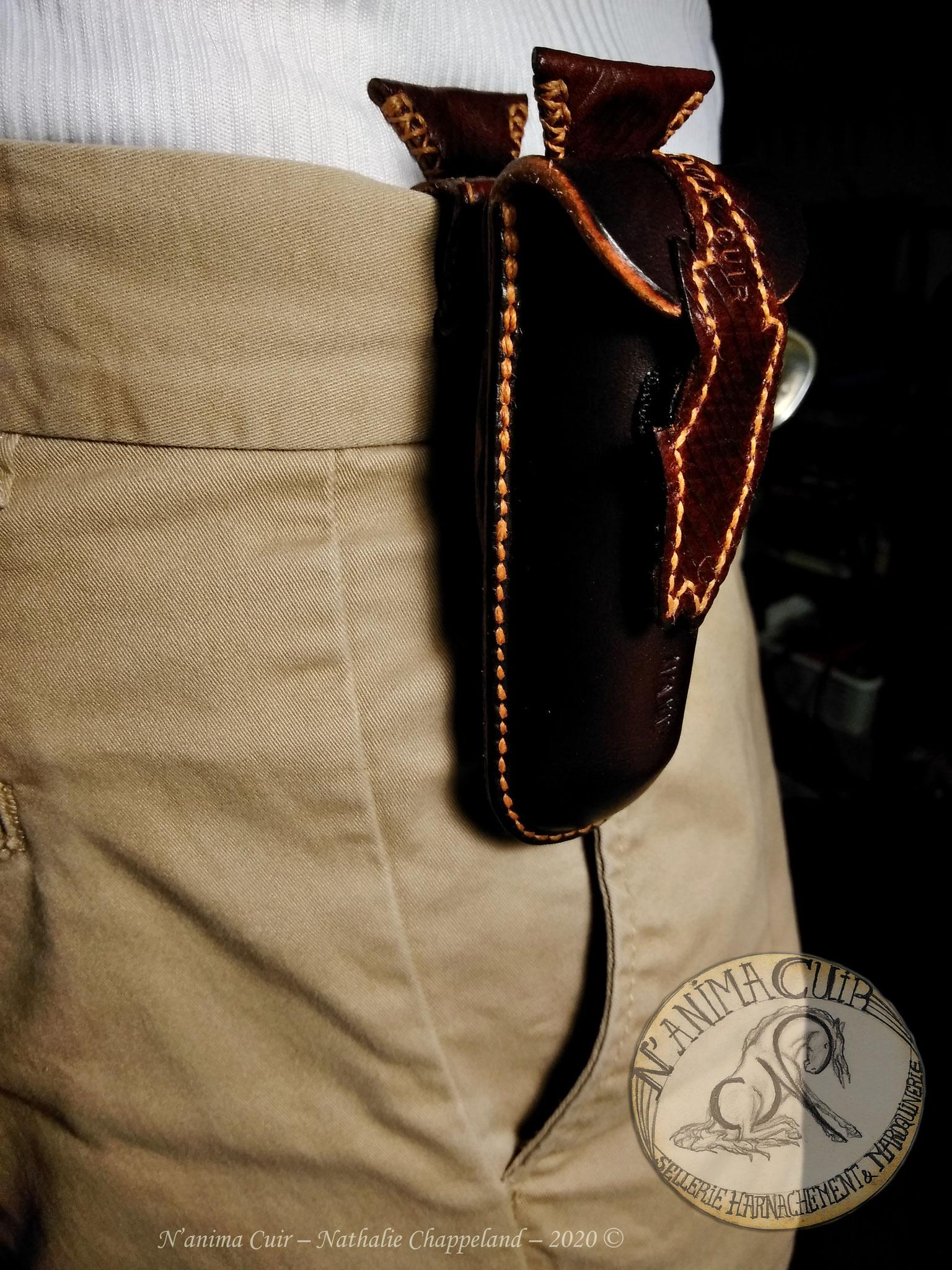 """étuis à couteau suisse personnalisé, fermeture """"poisson"""" scratch, mix 2 cuirs, pince pantalon gainée intégrée et passant de ceinture amovible, bouton col-de-cygne, couture main au point sellier, N'anima Cuir2020 ©"""