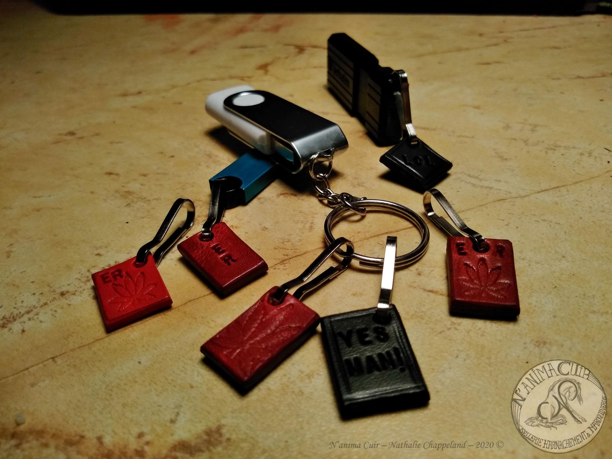 """Porte-clés cuir personnalisés, N'anima Cuir 2020 © .En mini formats, de quoi personnaliser discrètement vos clés usb ... votre portable .. trousse .. (pouvant servir également de petite """"identification"""" par vos initiales, comme cet exemple).  disponible s"""