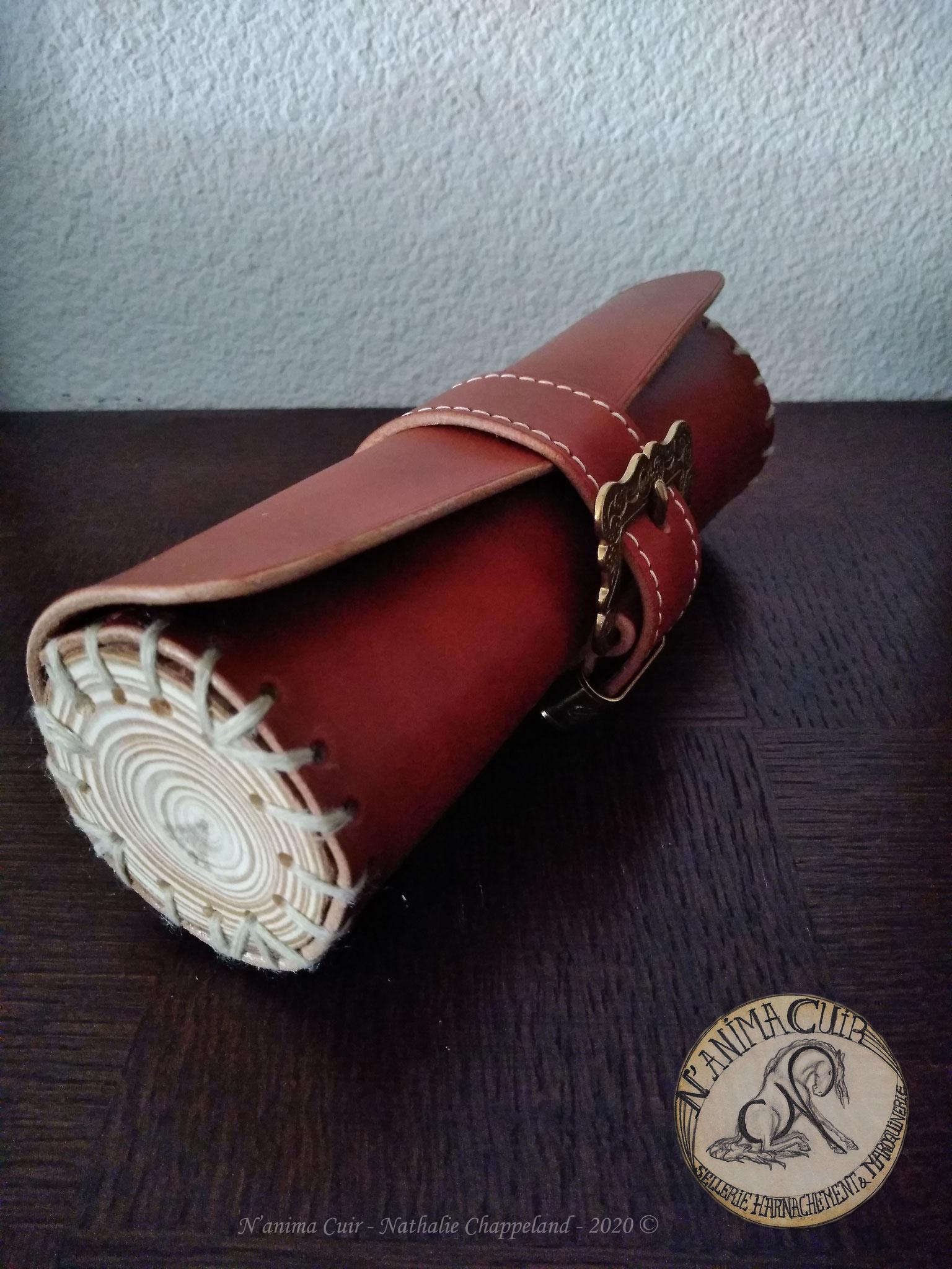 Trousse de bureau, cuir et bois naturel brut, laçage et coutures main au point sellier, N'anima Cuir ©