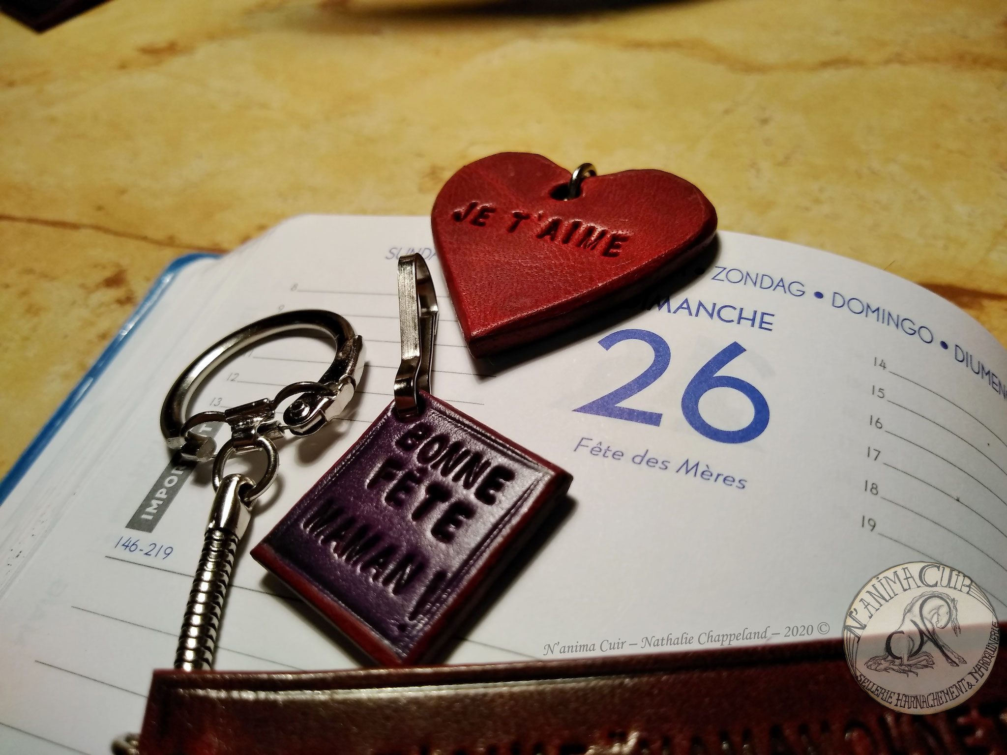 """Porte-clés cuir personnalisés, N'anima Cuir 2020 © La fête des mères approche, un petit cadeau """"unique"""" et original, quelque chose de très personnel, pour elle !  disponibles (1 exemplaire de chaque en stock) et sur commande (avec possibilité de personnal"""