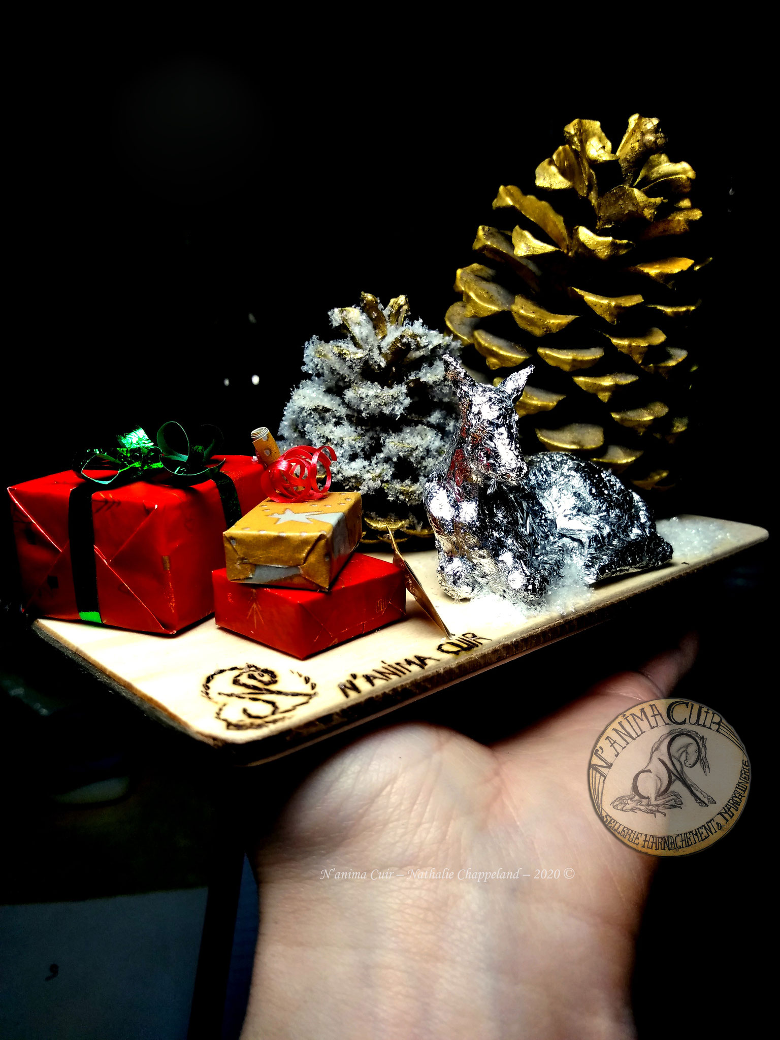 """décoration d'intérieur unique - thème Noël - N'anima Cuir2020 © bois travaillé, pommes de pins soigneusement choisies, nettoyées, séchées, peintes, [...] papier d'aluminium, réalisation de """"mémoire des formes"""""""