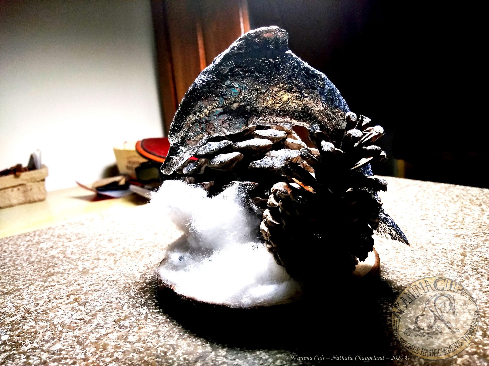 """Décoration d'intérieur unique - N'anima Cuir2020 © bois naturel, pommes de pins soigneusement choisies - nettoyées - séchées, coton, papier d'aluminium, réalisation de """"mémoire des formes"""" - diam.~120mm x H.115mm"""