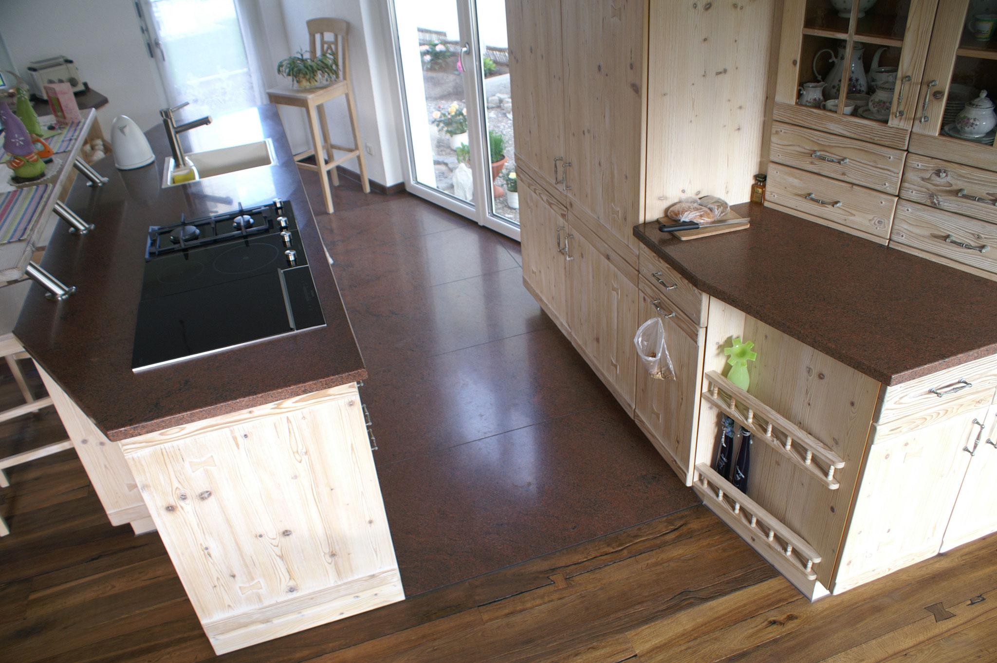 Kochinsel, Arbeitsfläche und Boden im Kochbereich aus Baltic Teak