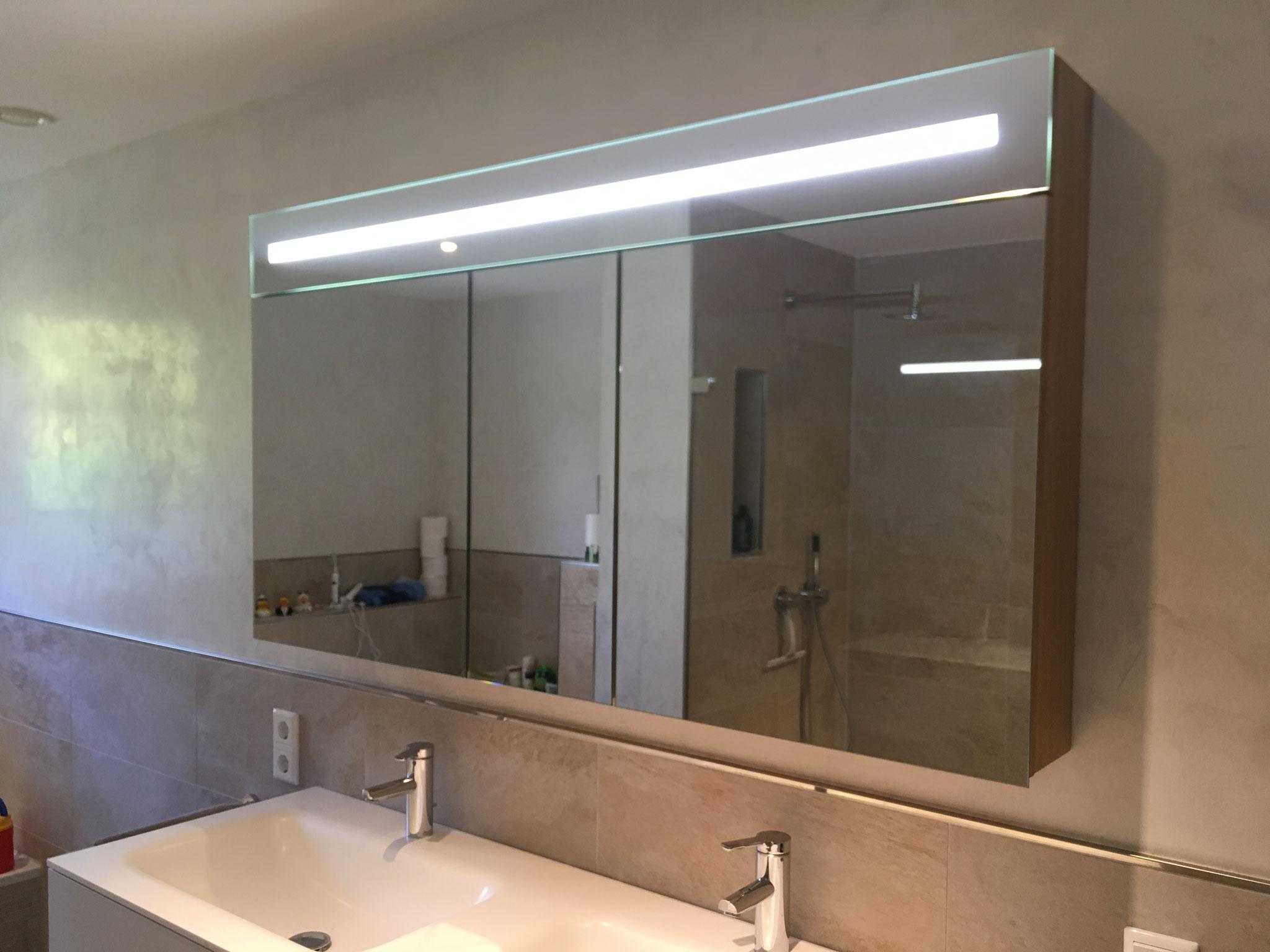 Spiegelschrank aus Eiche mit integrierter Beleuchtung