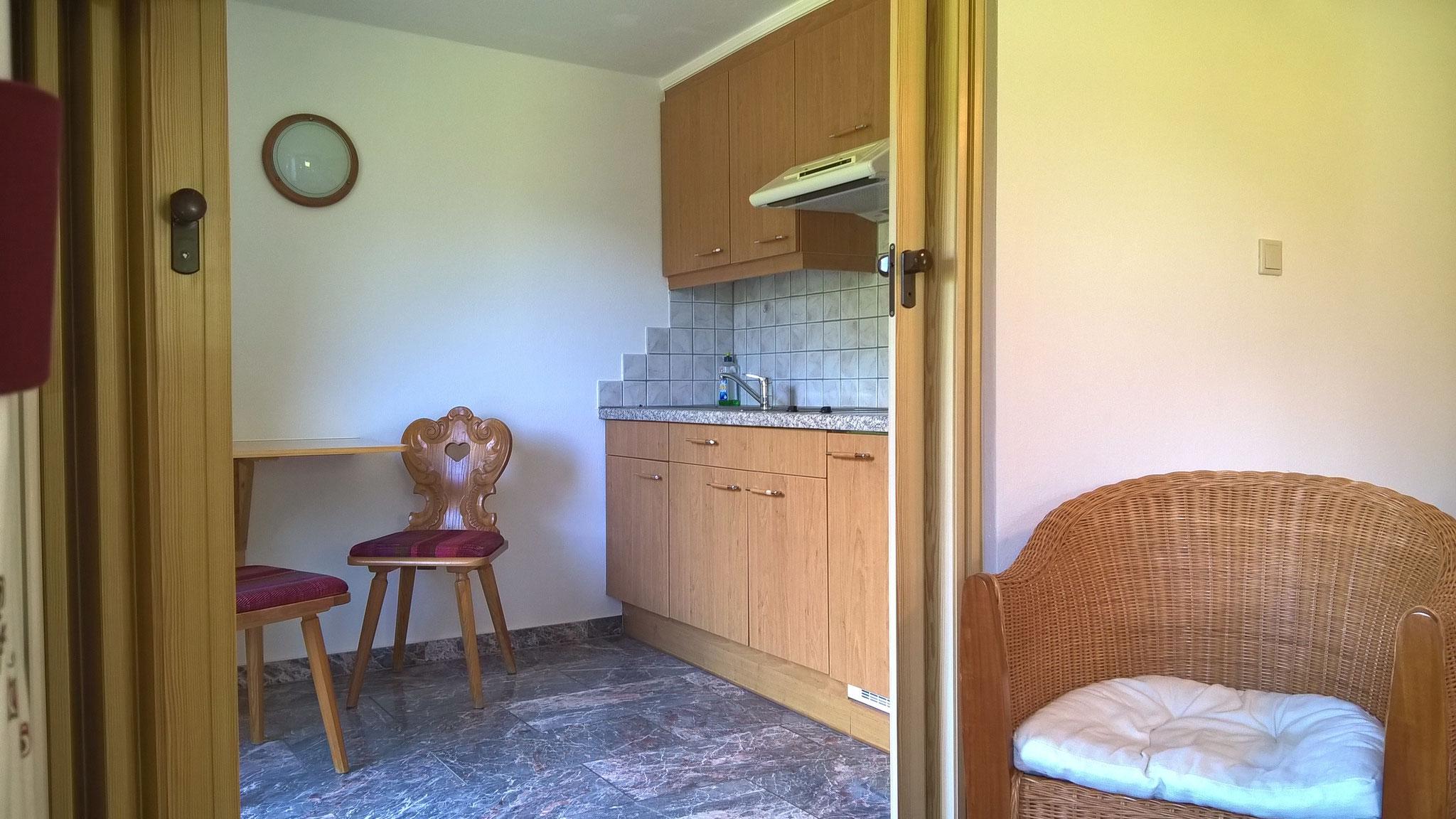 Küche mit Balkon, ausgestattet mit 2 Herdplatten, Kaffeemaschine, Toaster, Wasserkocher