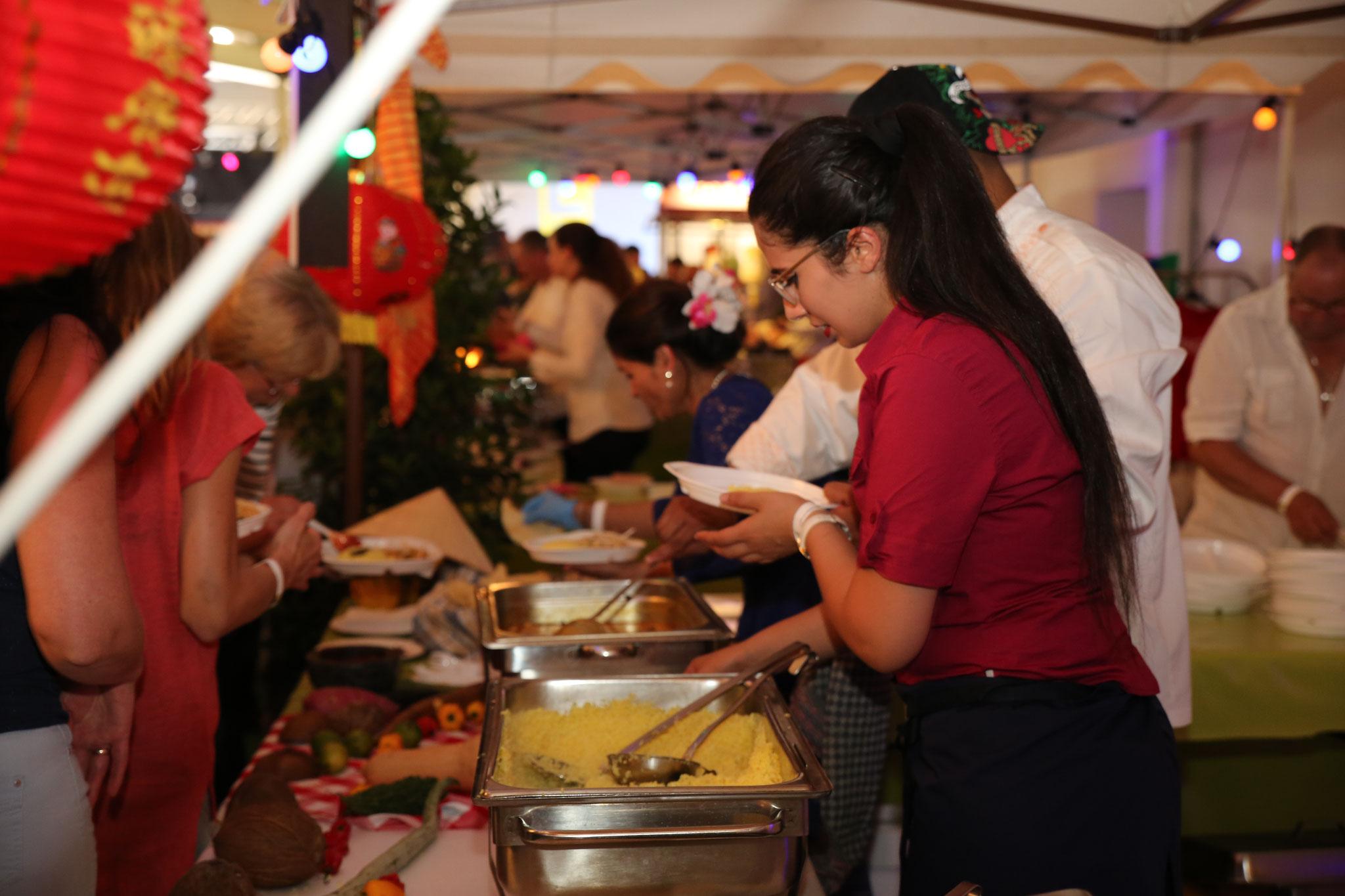 Cateringpersonal erfreut die Gäste