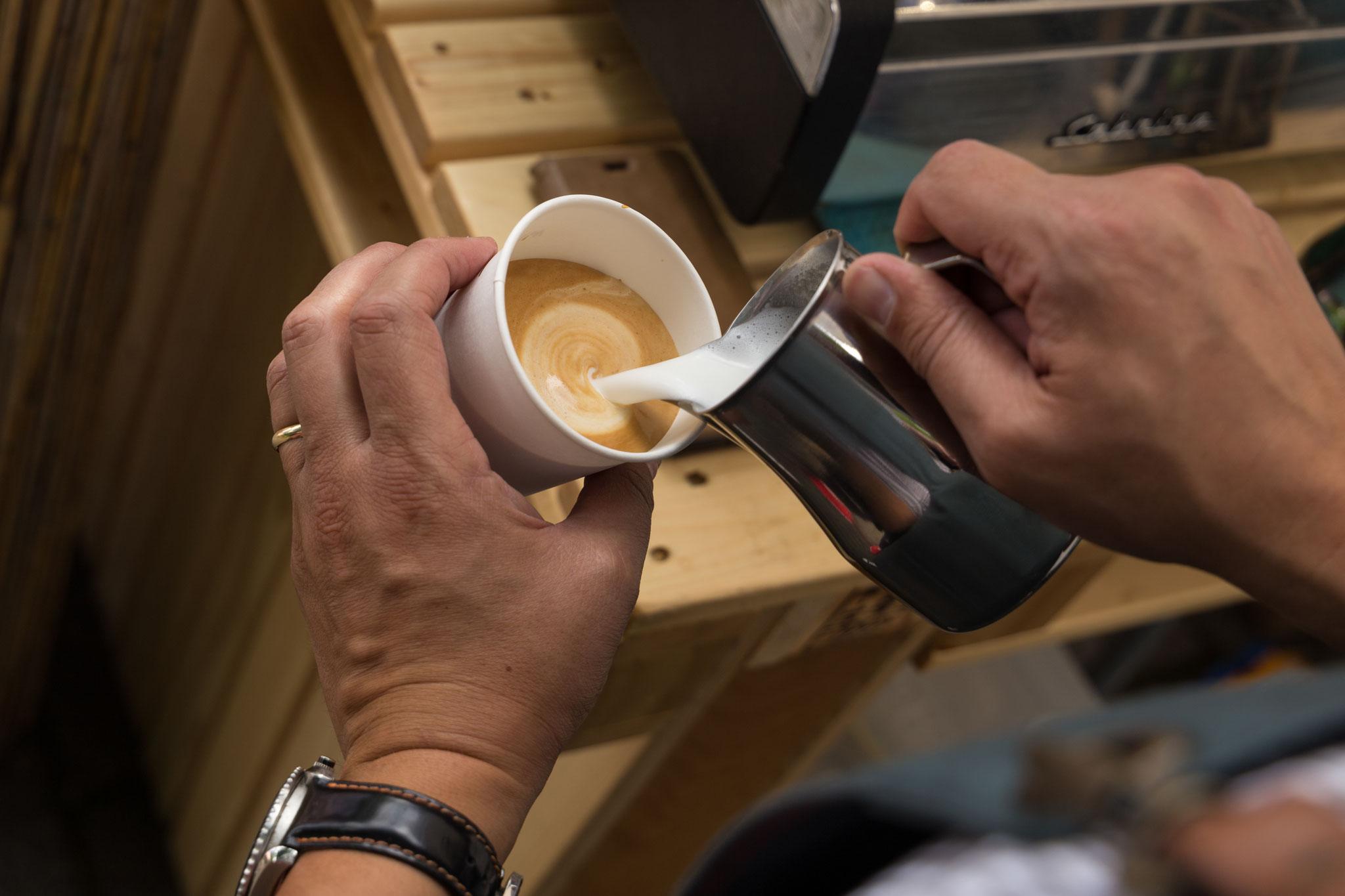 Bei uns wird der leckere Cappuccino von Hand gemacht.