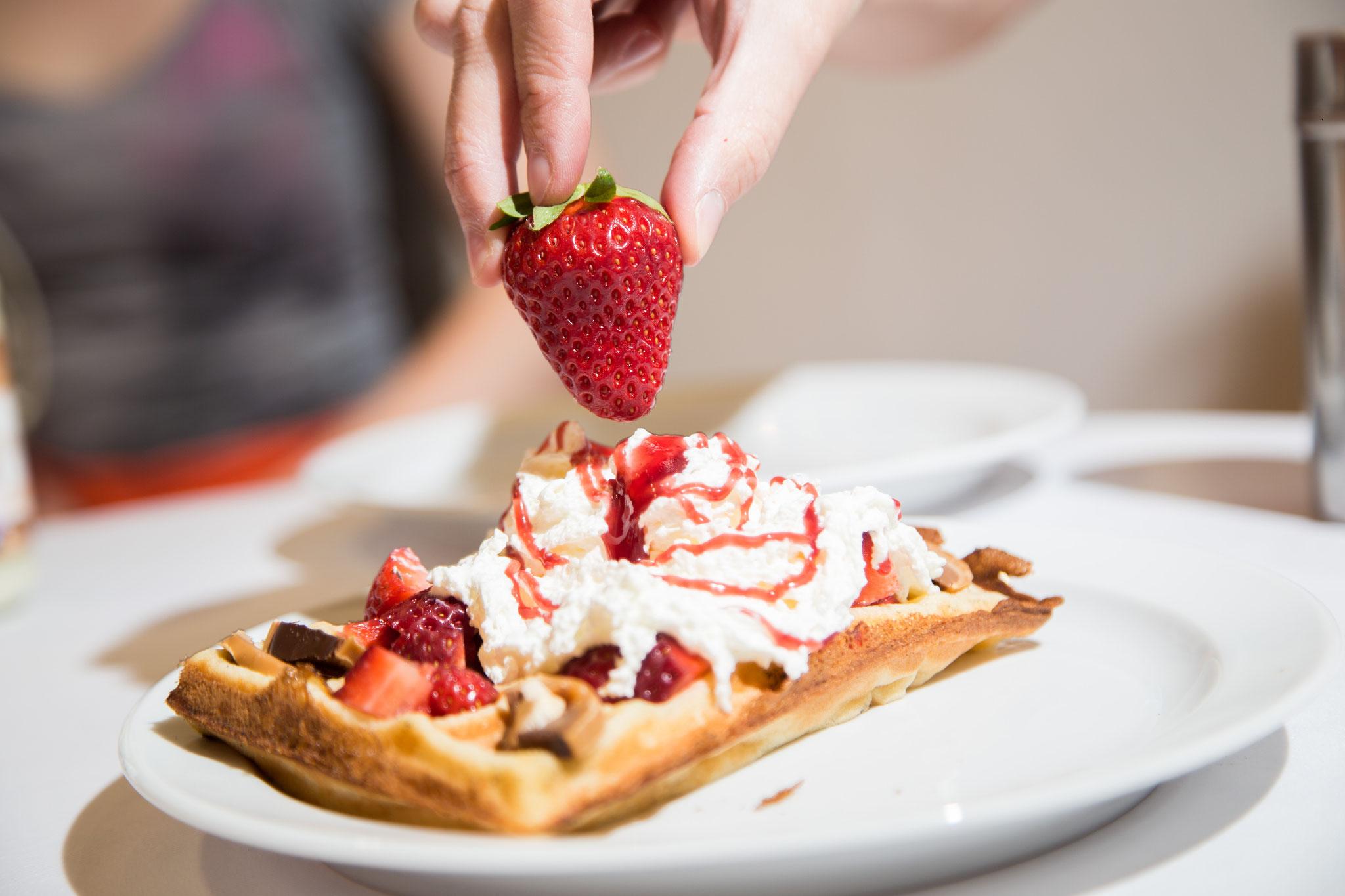 Leckere Waffel mit frischen Erdbeeren