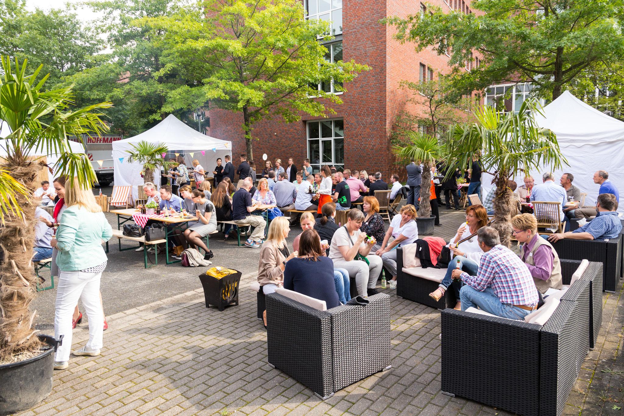 """<h1>sichere outdoor Sommerfestkonzepte</h1> für Ihre Mitarbeiter, inkl. Outdoormöbel <a href=""""https://www.highlight-eventoffice.eu/leistungen/eventkonzepte/we-are-family-day/""""><b>weitere Infos</b></a>"""
