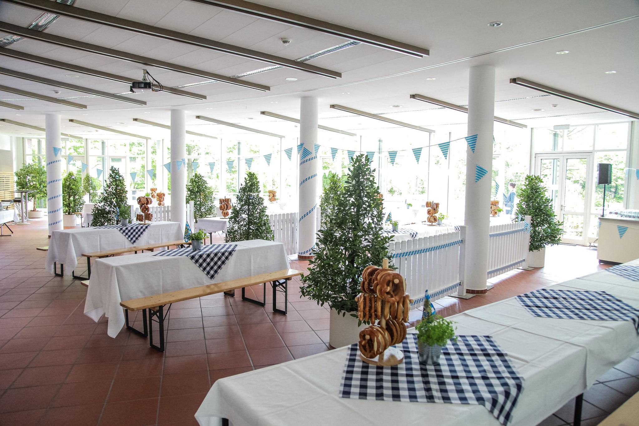 Oktoberfest mit dekorierten Tischen und Bretzeln