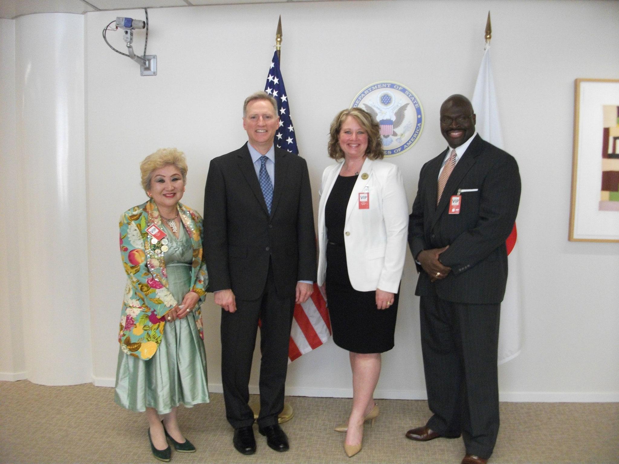 2017年4月アメリカ大使館表敬訪問                    (左から鎌田滋子ガバナー 大使館ヤング筆頭公使 フェイス会長ご夫妻)