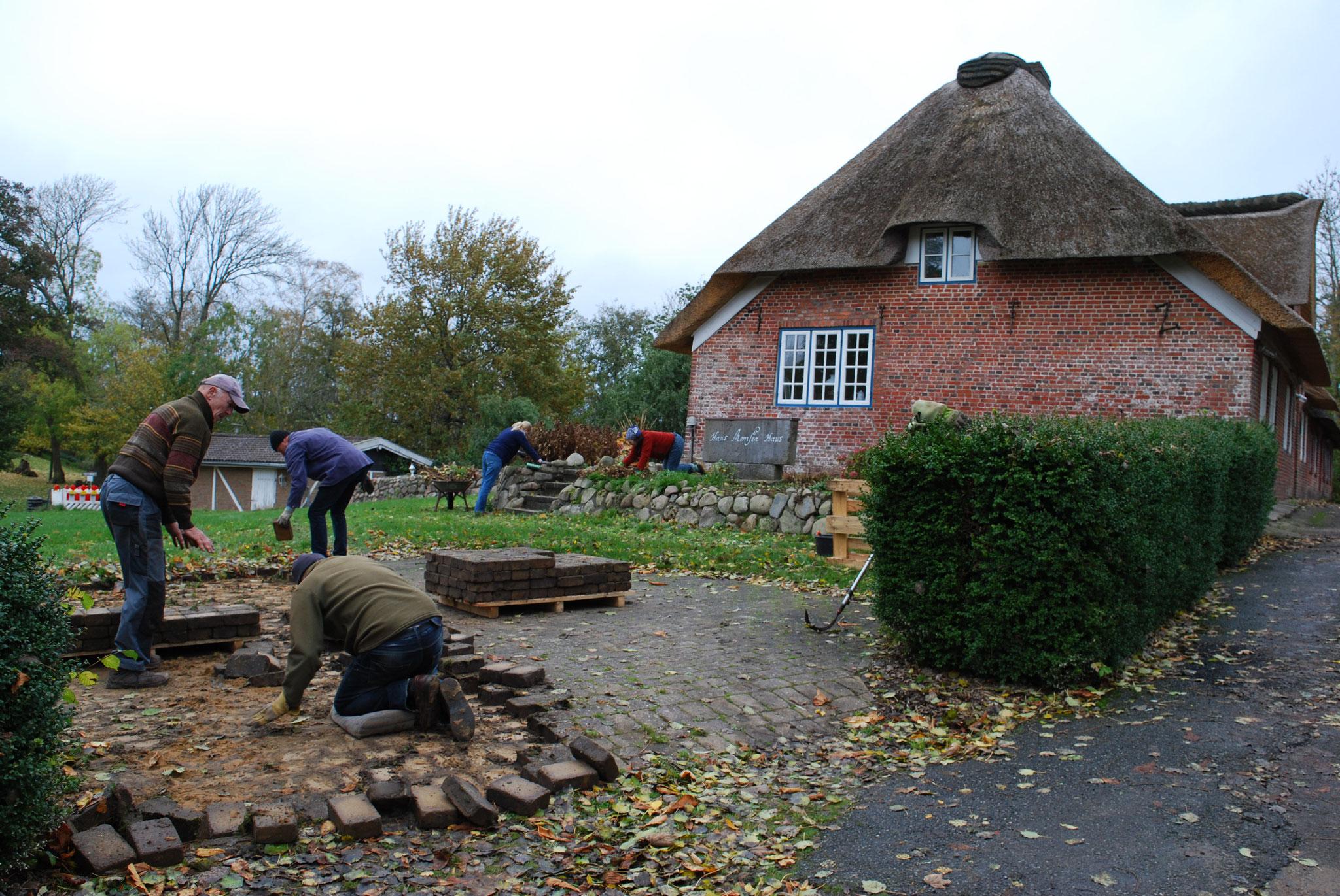 Die alten Steine werden am 5.11.2020 von Wolfgang, Heinz, Georg und Gerd aufgenommen und zwischengelagert.